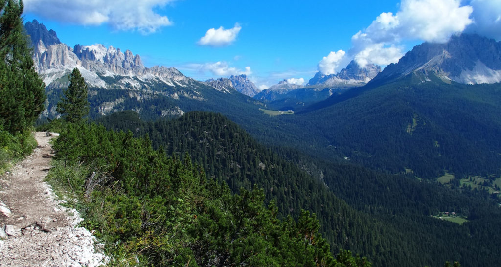 Sagenhafte Landschaft mit den Drei Zinnen und einfacher Wanderweg