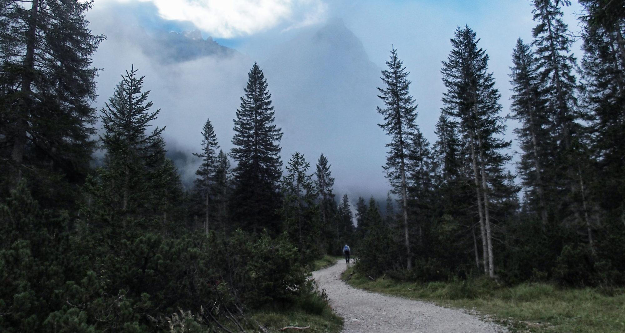 Wolkenverhangen geht es früh morgens los