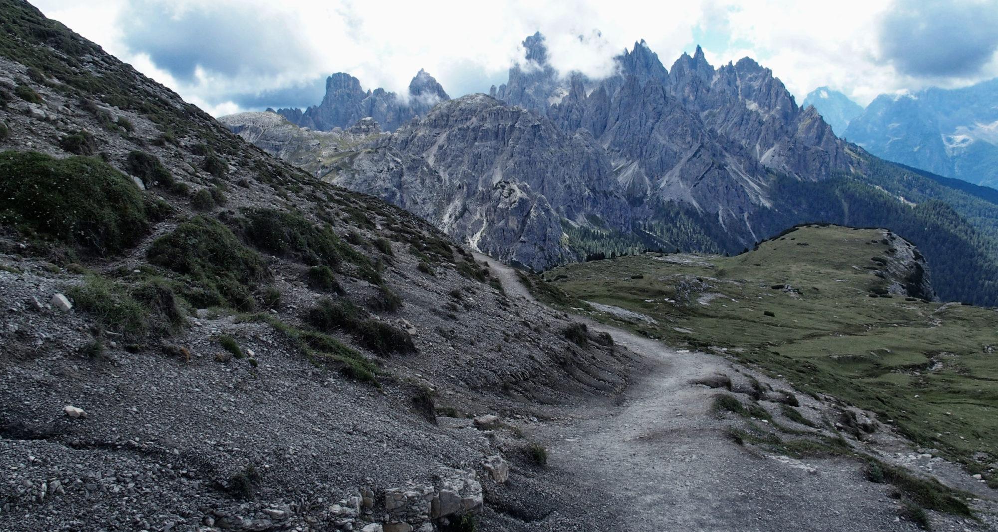 Auf der anderen Seite der Drei Zinnen sind die Berge noch schroffer