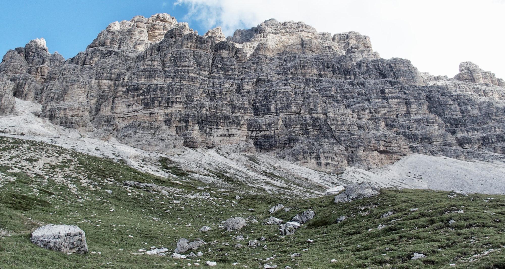 Die Rückseite der Drei Zinnen, von nahem sieht man die drei Gipfel nicht