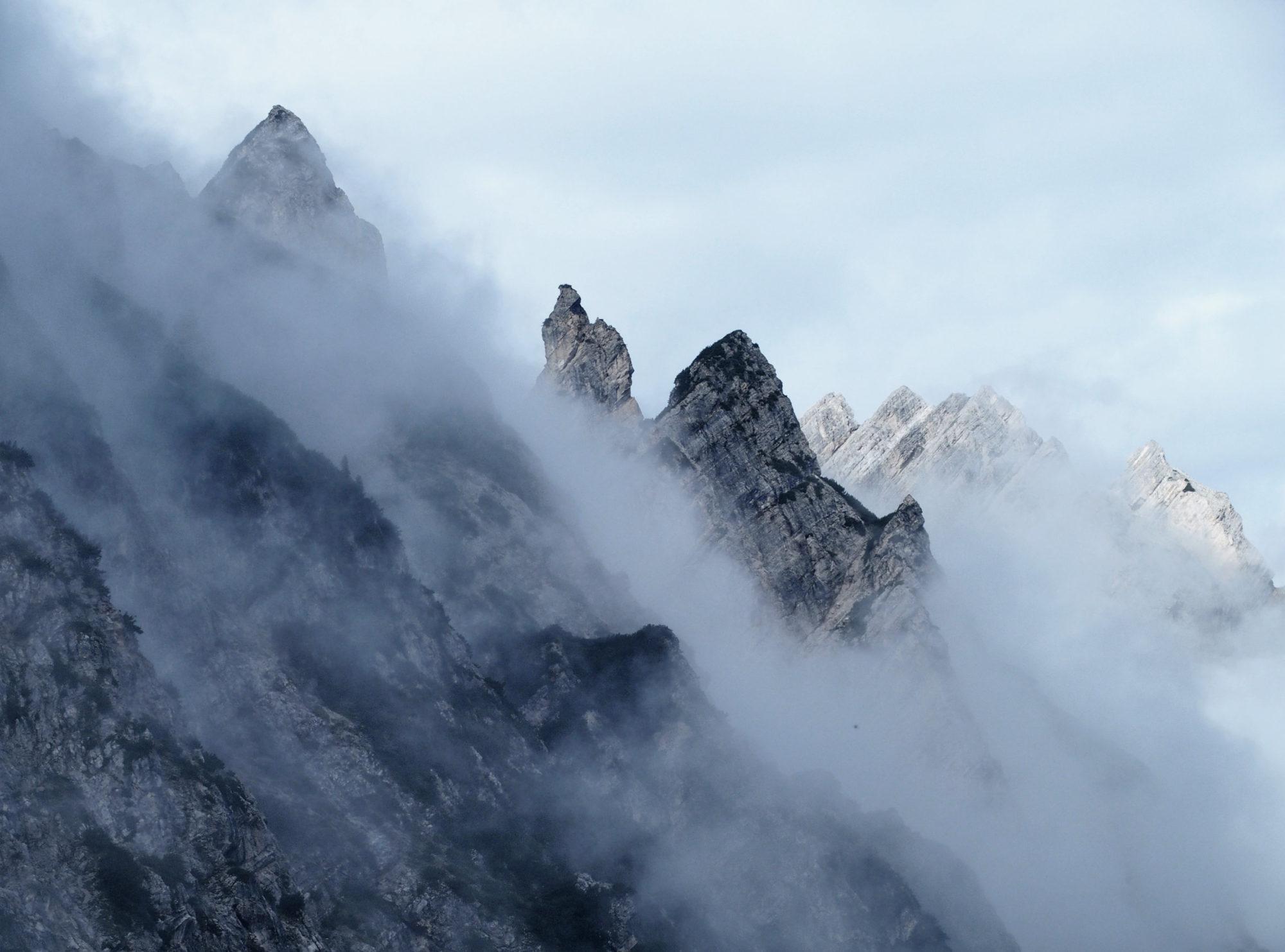 Märchenhafte wolkenverhangene Gipfel