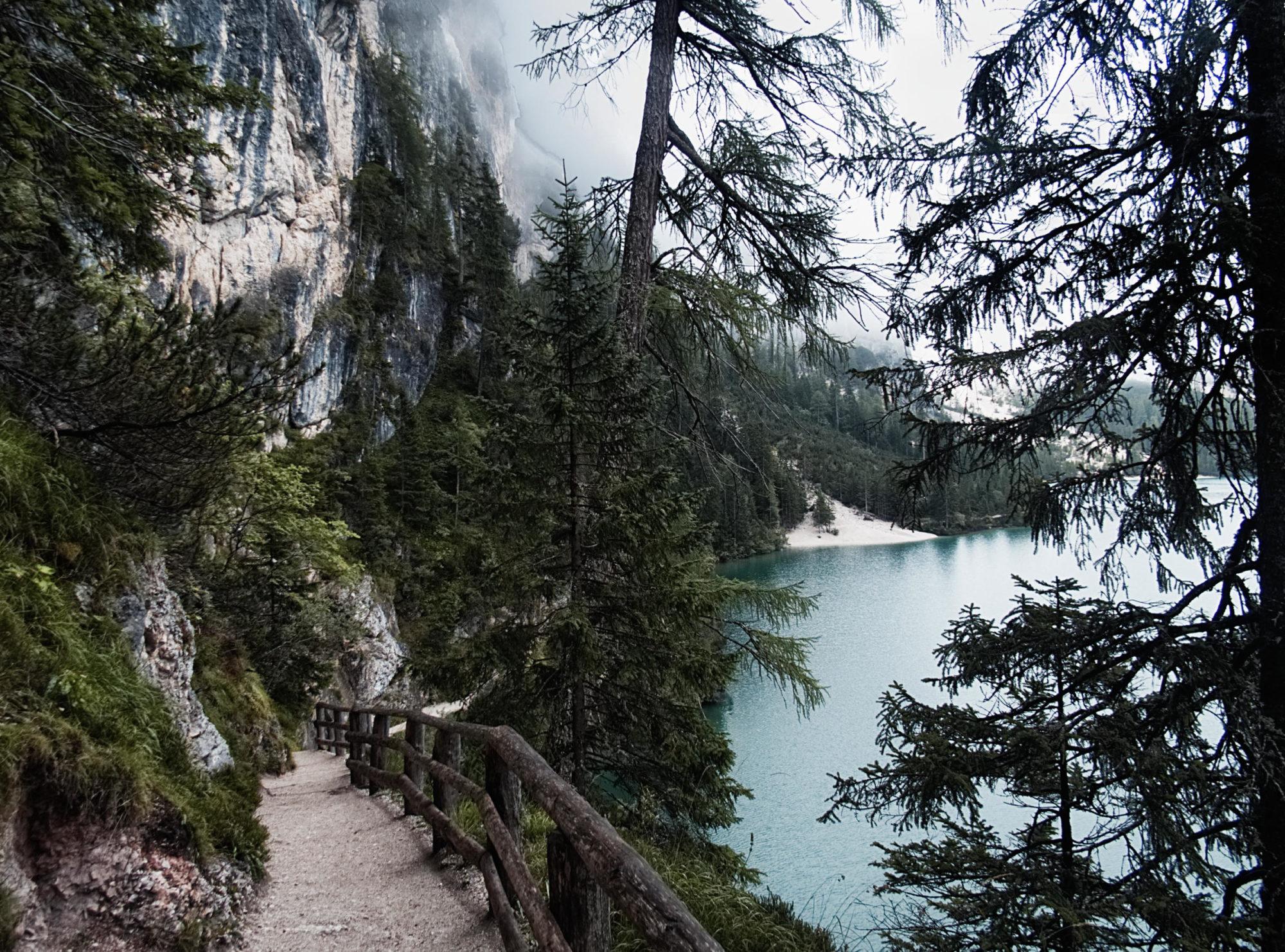 Gut ausgebaute und gesicherte Wege führen um den See