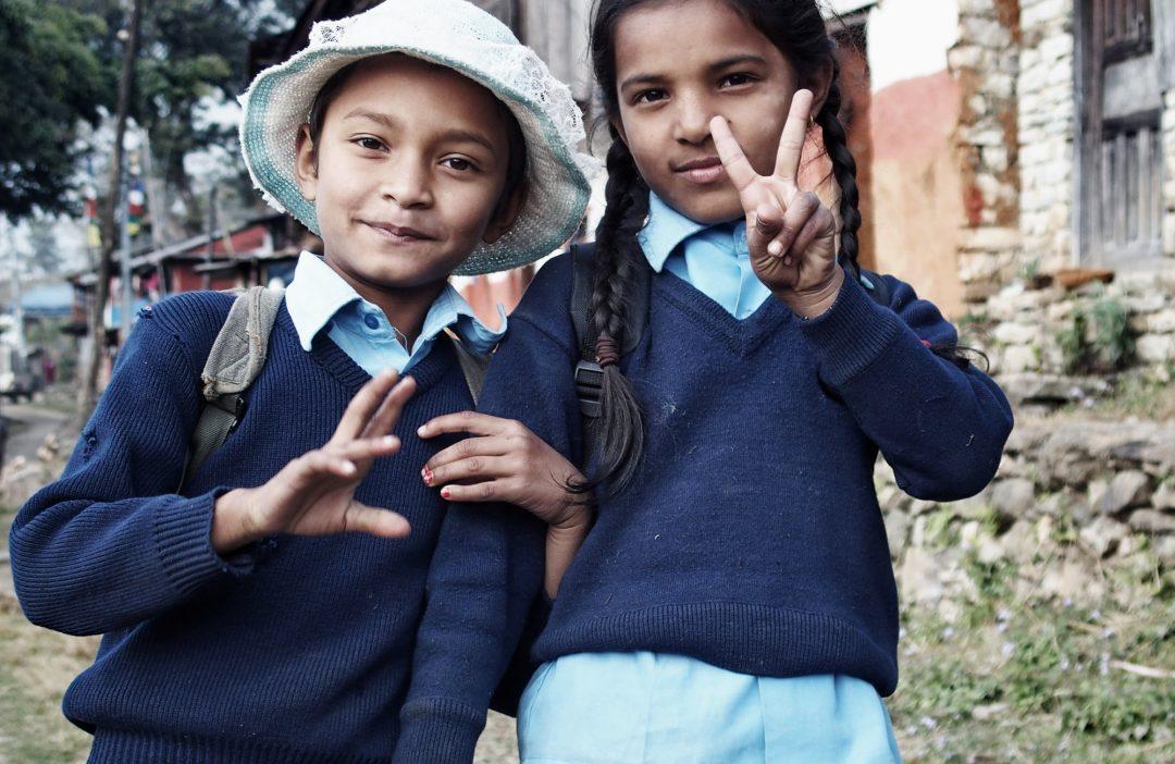 Nepalesische Mädchen in Schuluniform