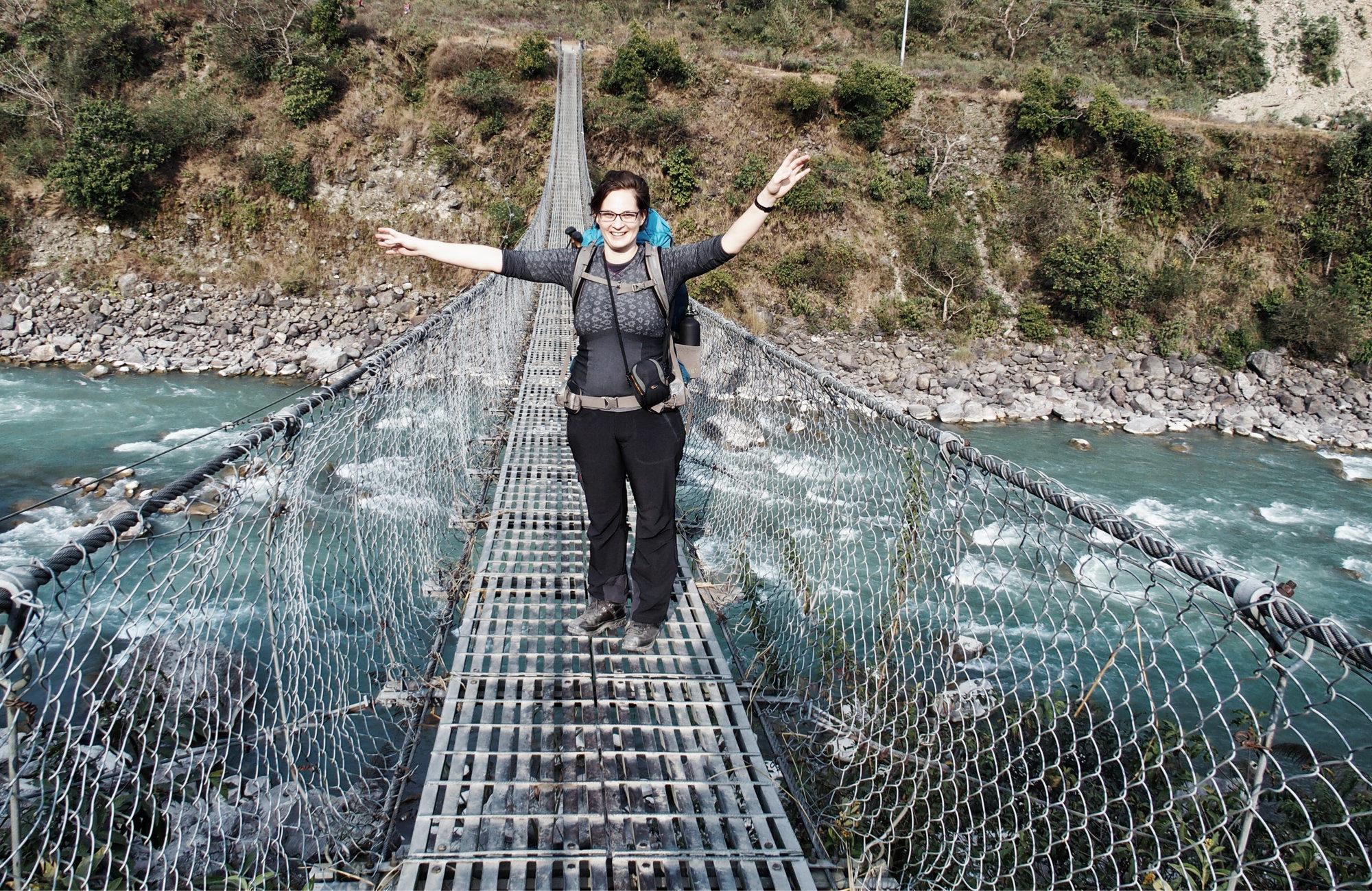 Die erst Hängebrücke auf dem Annapurna Circuit