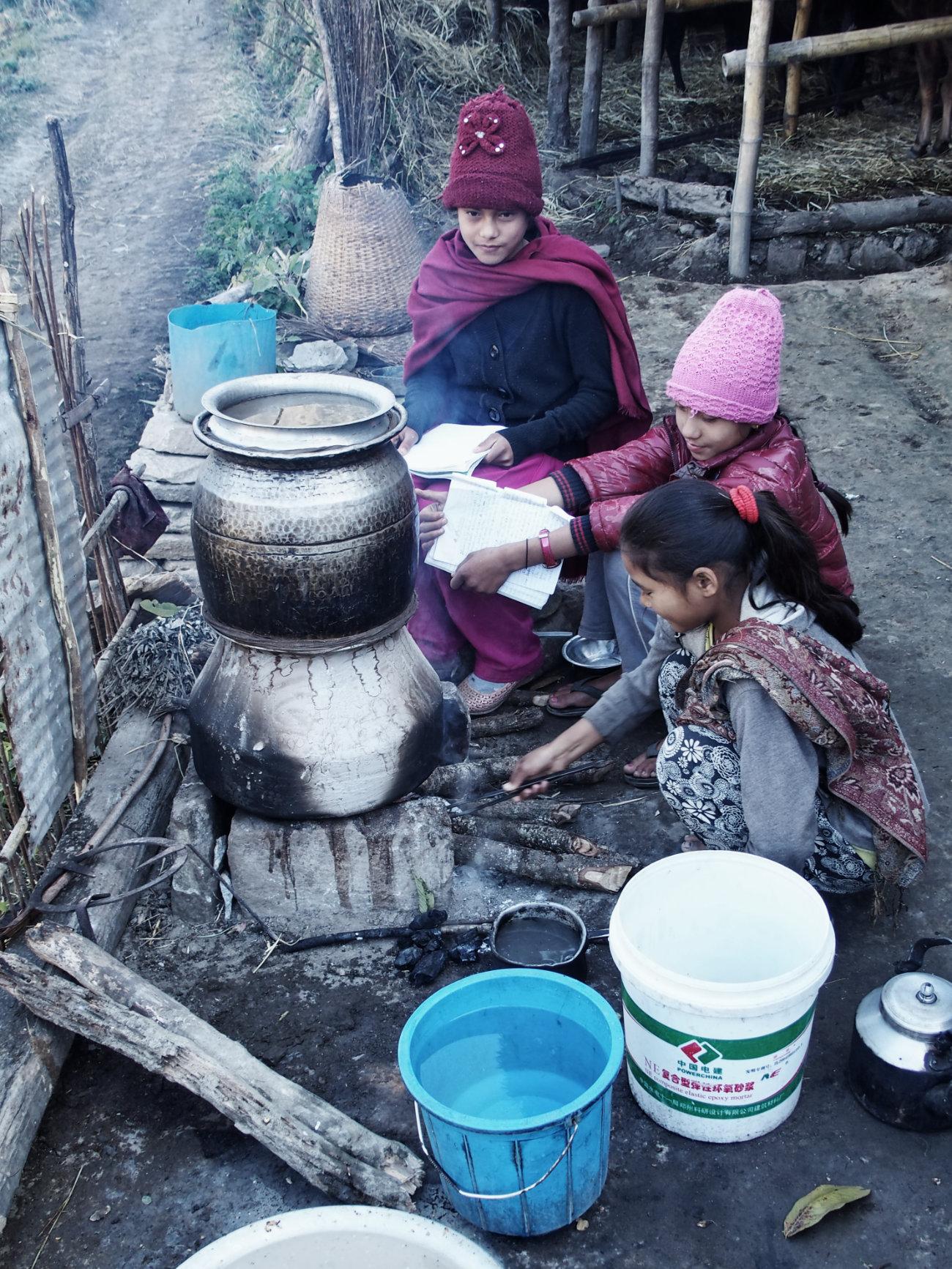 Nepalesische Mädchen kochen Rakshi