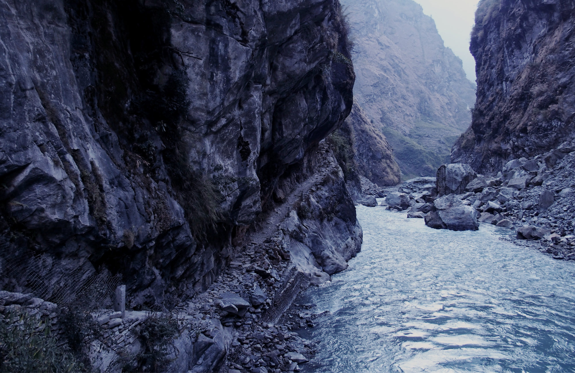 Schmaler Pfad am Fluß