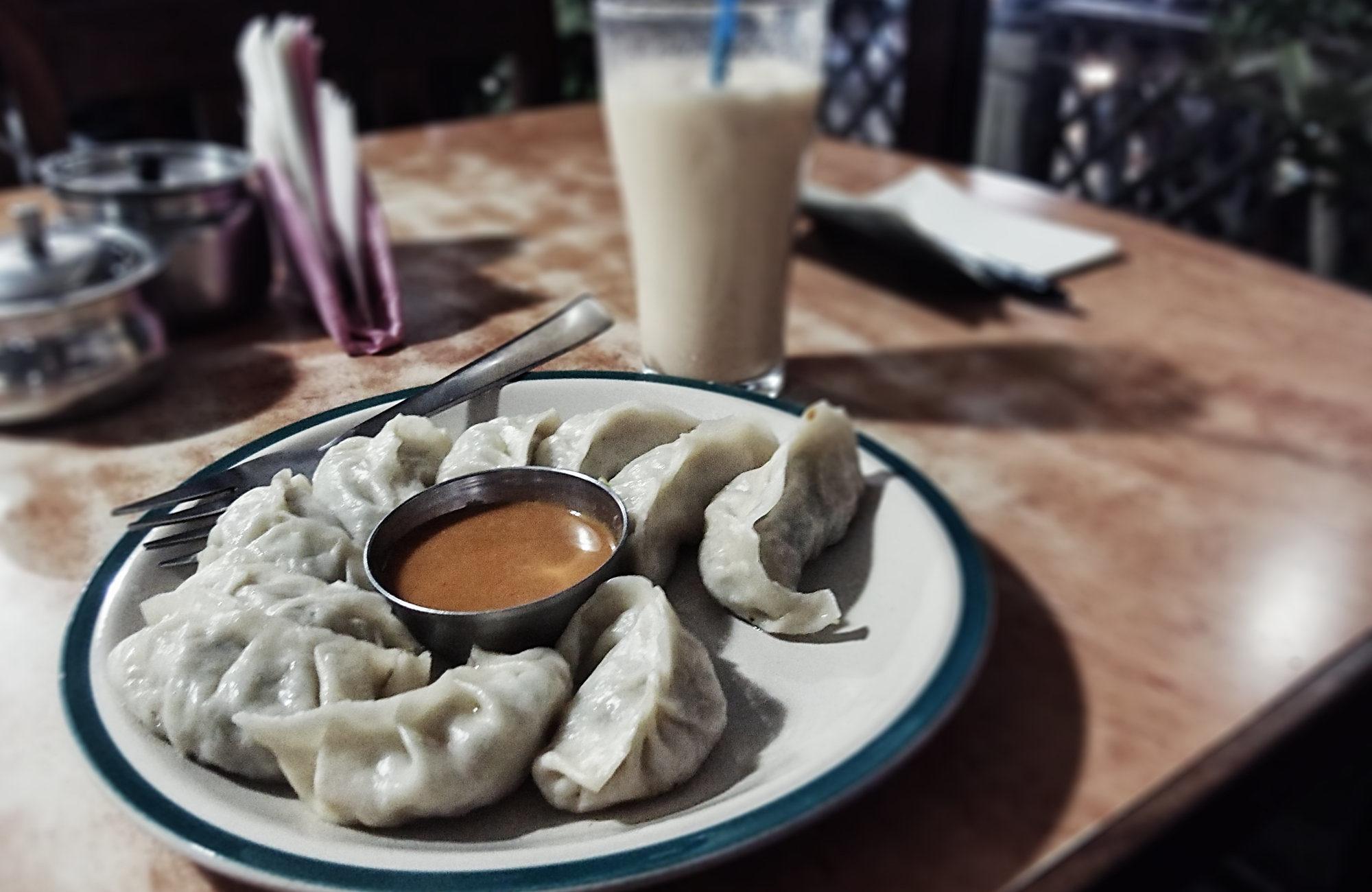 Momos & Lassi im Yangling Tibetan Restaurant in Kathmandu