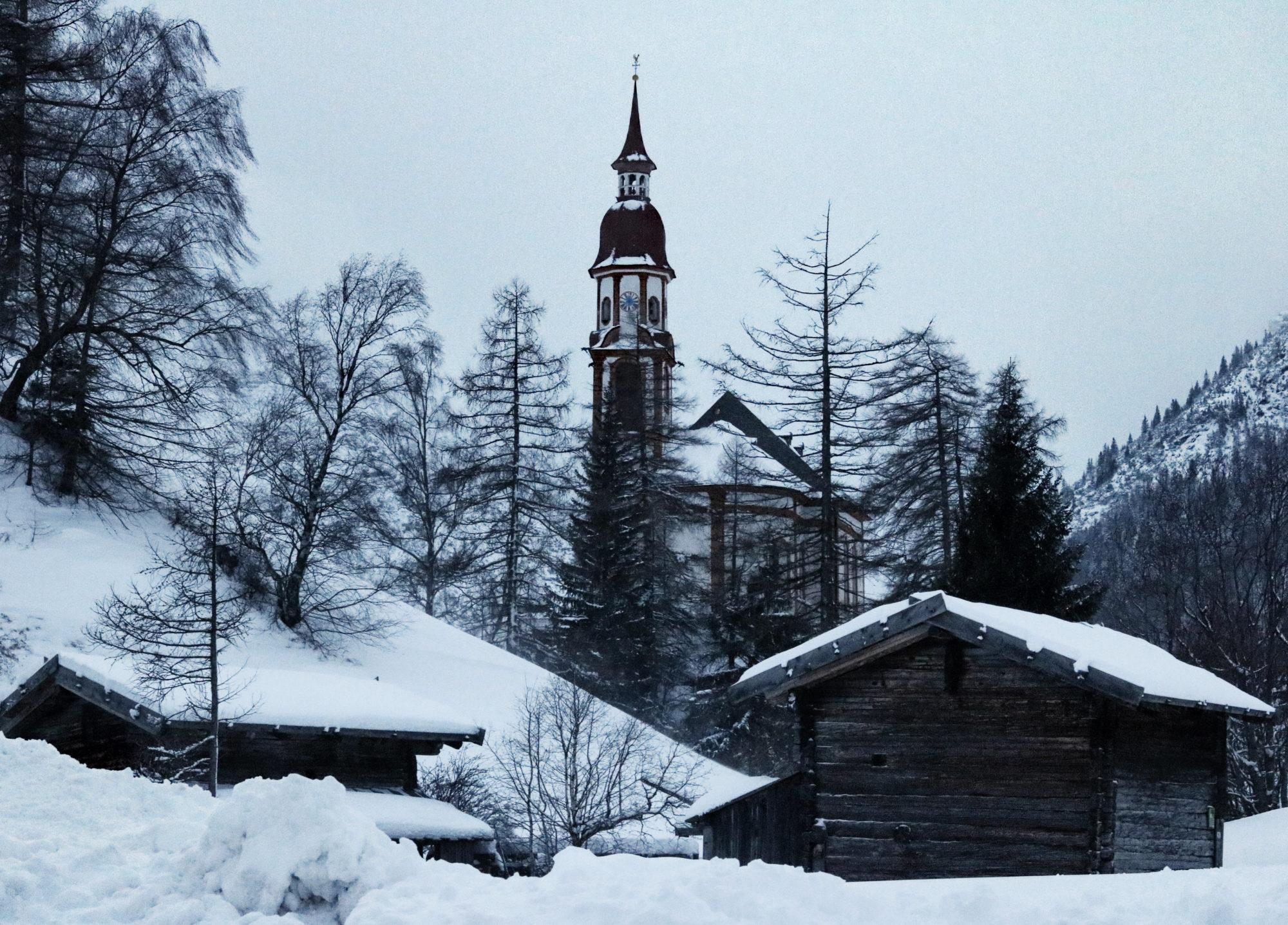 Kirche in Obernberg im Winter