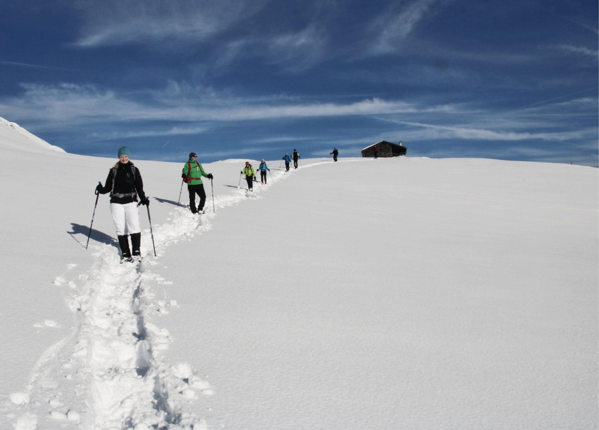 Genießen der letzten Sonnenstrahlen und Wanderschritte beim Schneeschuhwandern