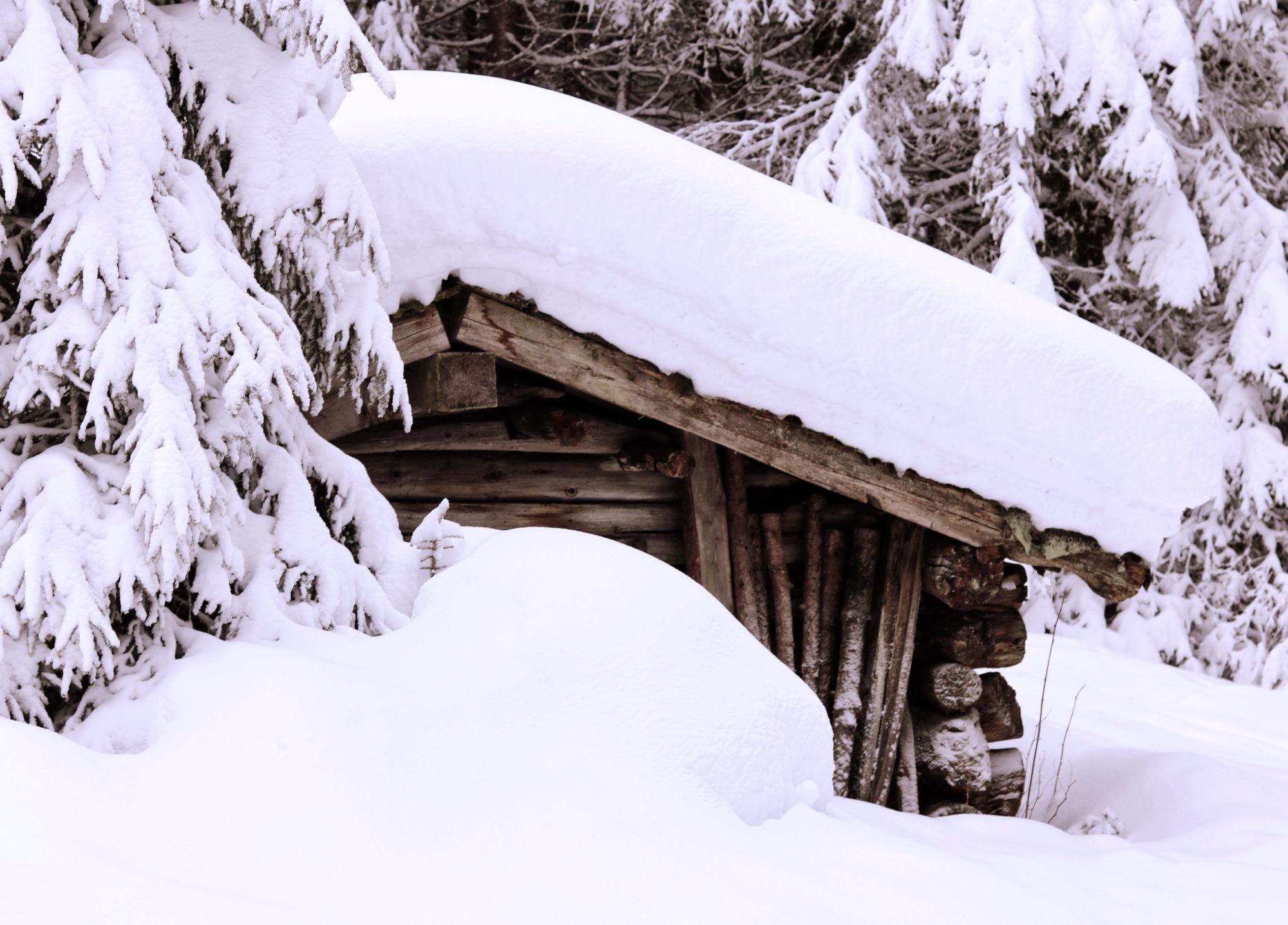 Schneeschuhtour Brennerberge Verschneite Hütten am Wegesrand