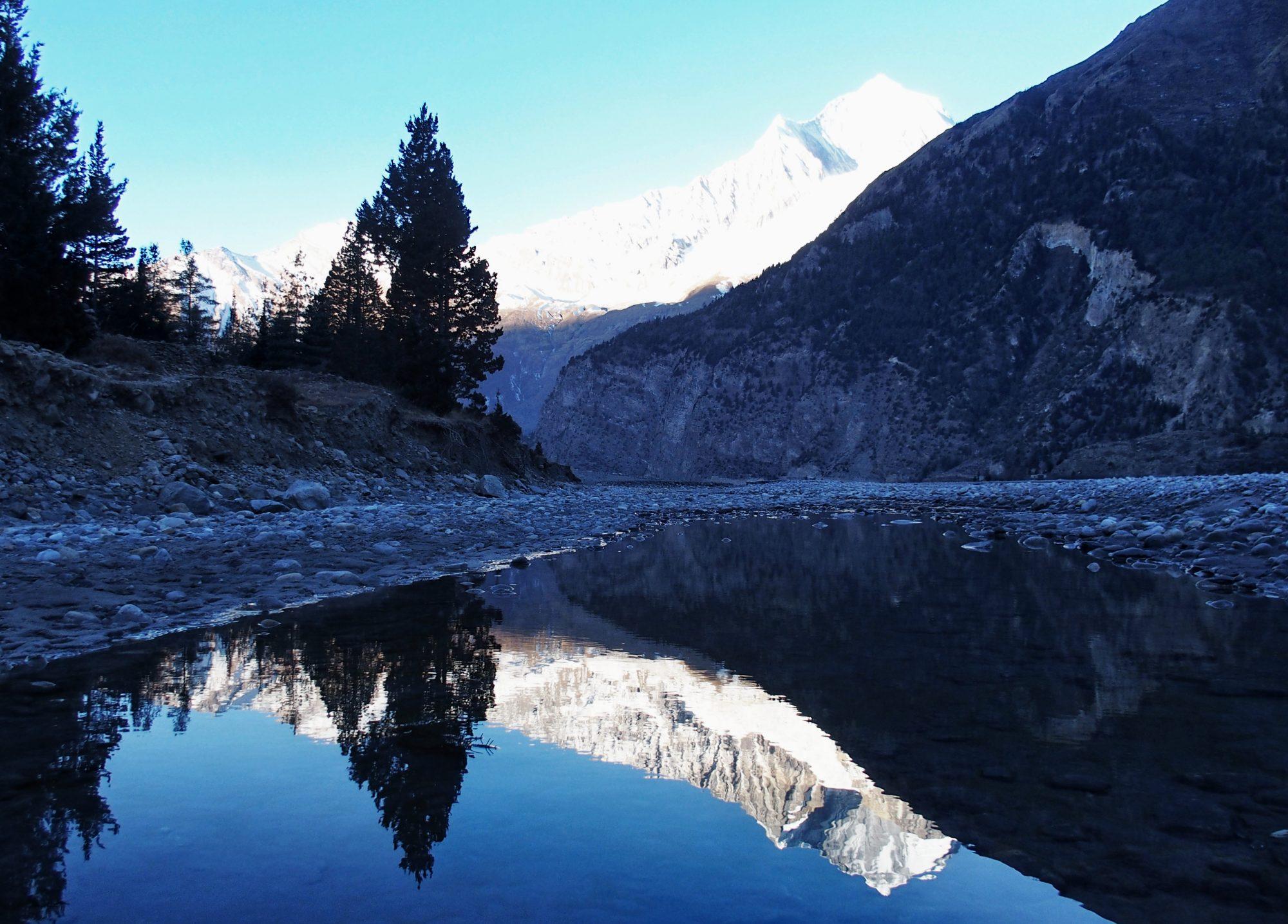 Flußbett in Nepal am frühen Morgen