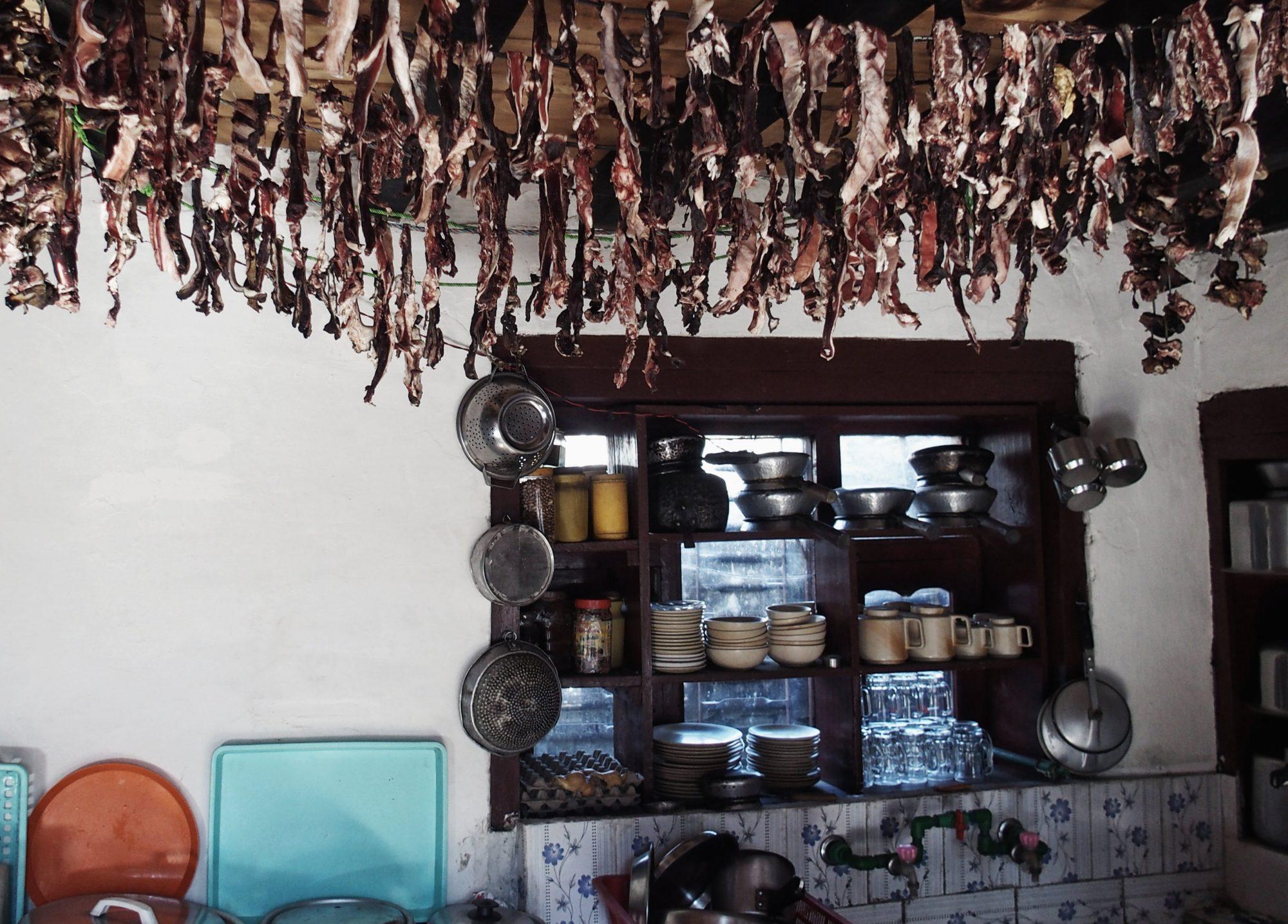 Yak Fleisch trocknet in der Küche eines nepalesischen Teahouses in Lete