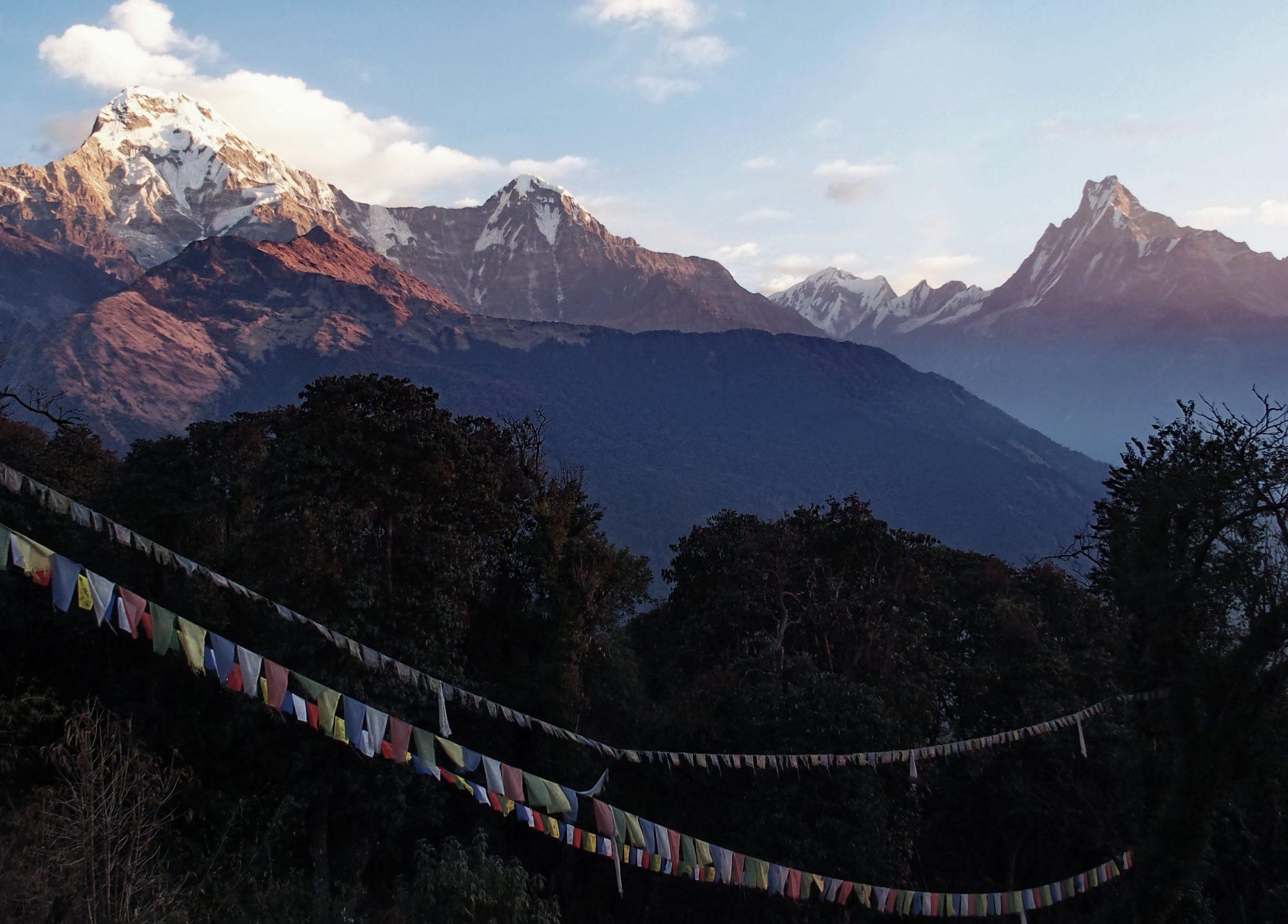 Sonnenaufgang Tadapani. Nepal. Buddhistische Flaggen.