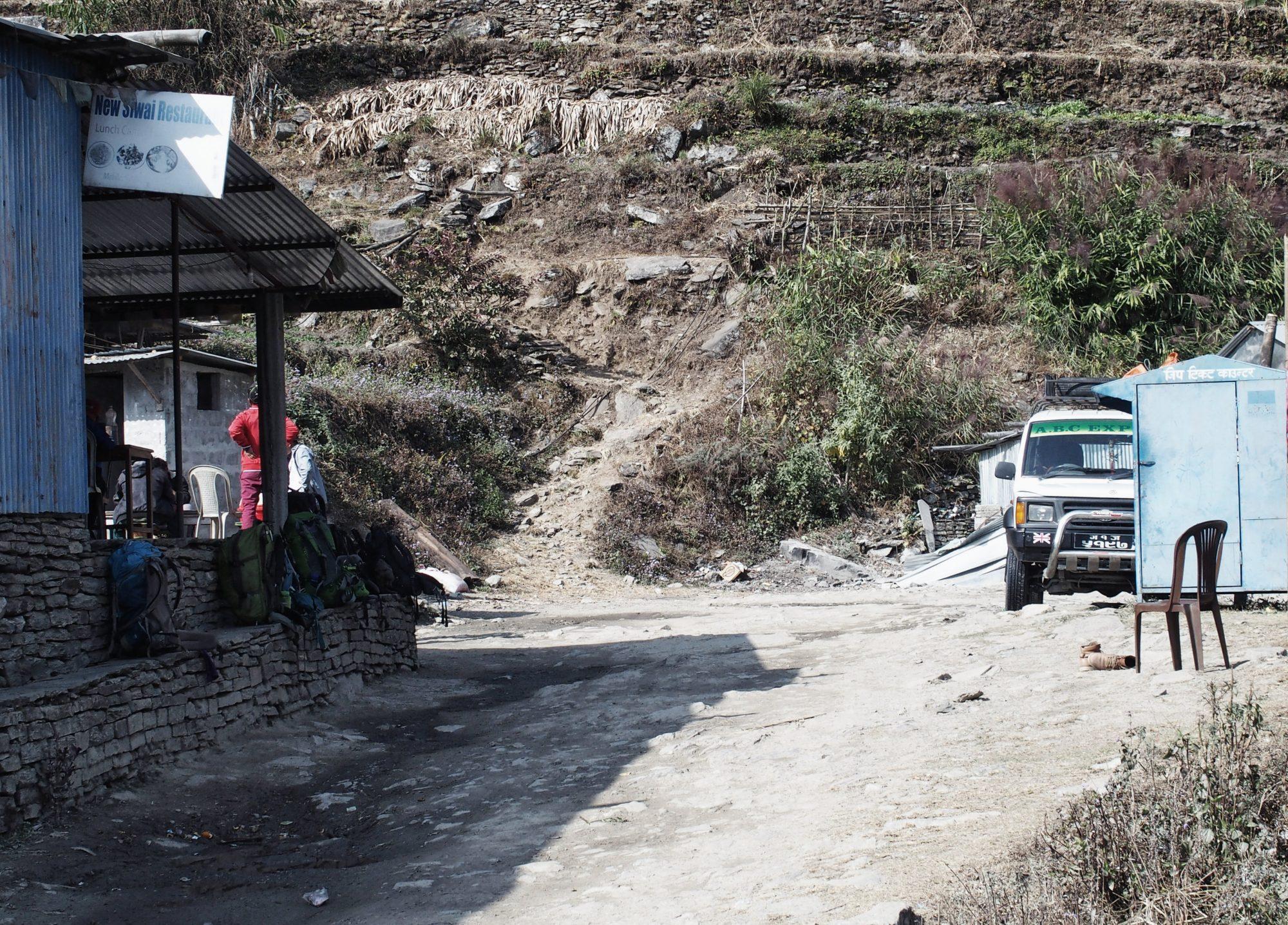 Warten auf den Jeep Nepal