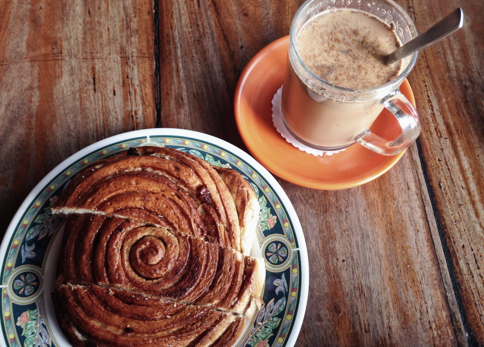 Super leckeres Frühstück! Massala Tee und Zimtschnecke. Nepal Pokhara