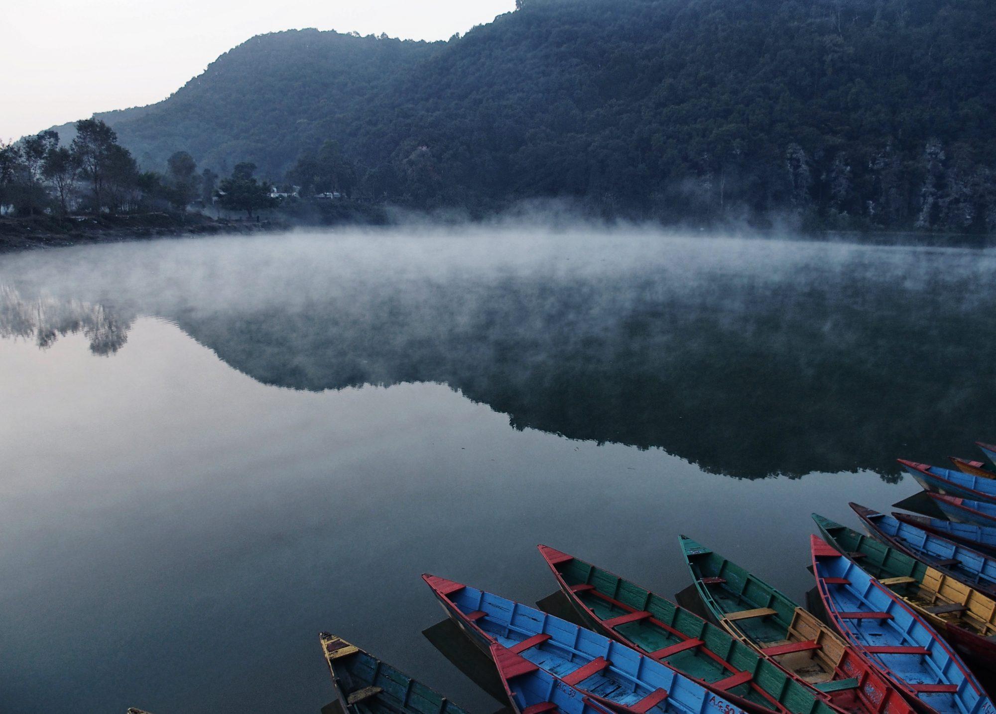Phewa See mit den typisch bunten Booten