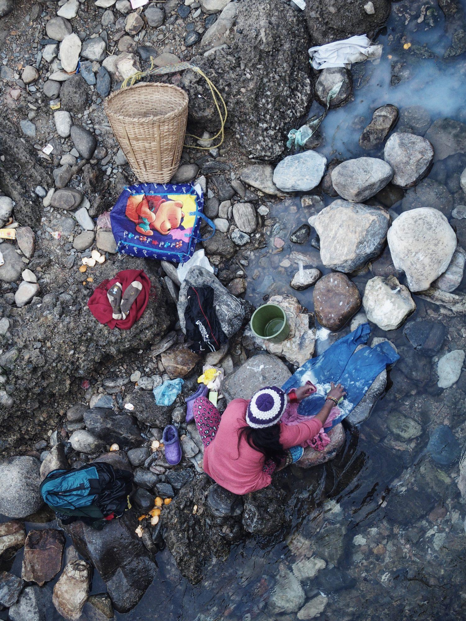 Wäsche waschen am Fluß in Pokhara. Nepal
