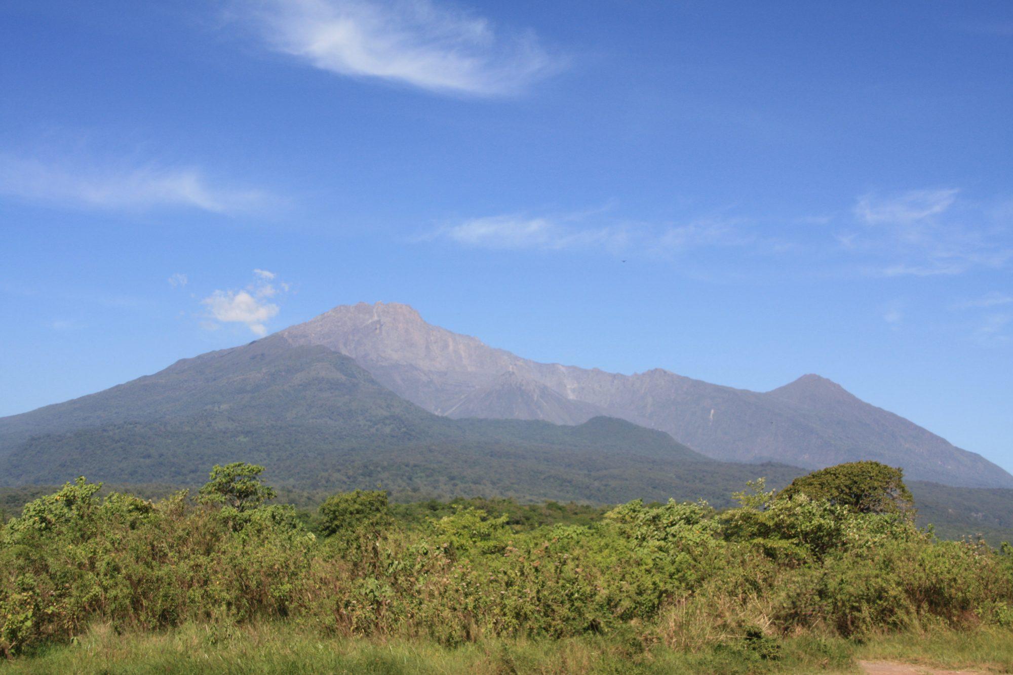 Erster Blick auf den Mount Meru, Tansania, Afrika