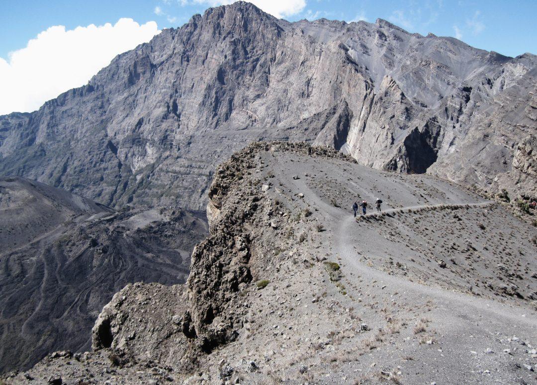 Wanderer auf dem Mount Meru, Mount Meru Besteigung, Tour, Erfahrungsbericht, Afrika, Tansania, Bergtour