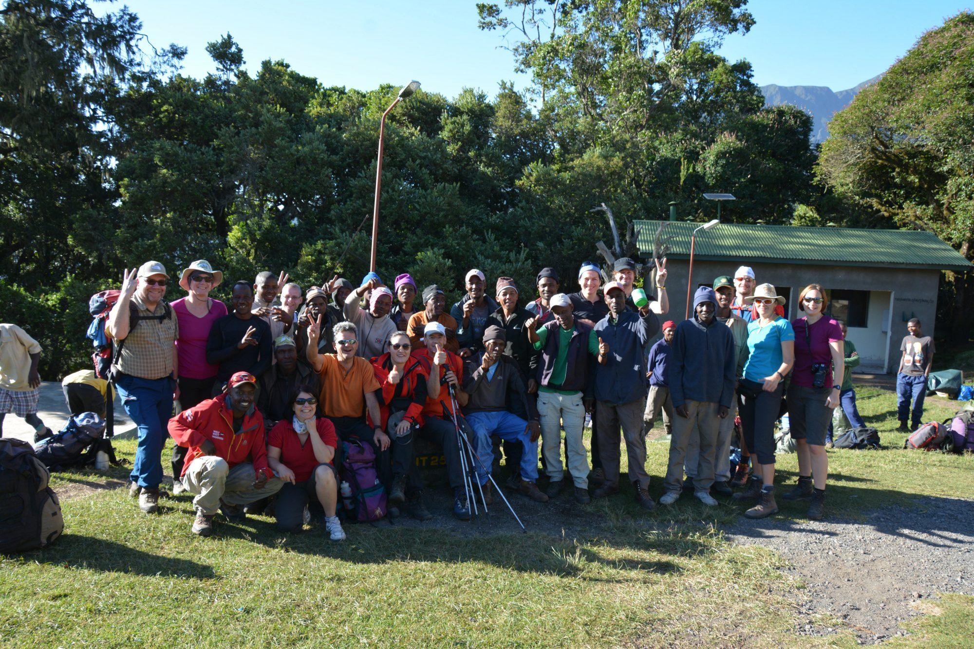 Gruppenbild Miriakamba Hütte am Mount Meru, Mount Meru Besteigung, Tour, Erfahrungsbericht, Afrika, Tansania, Bergtour
