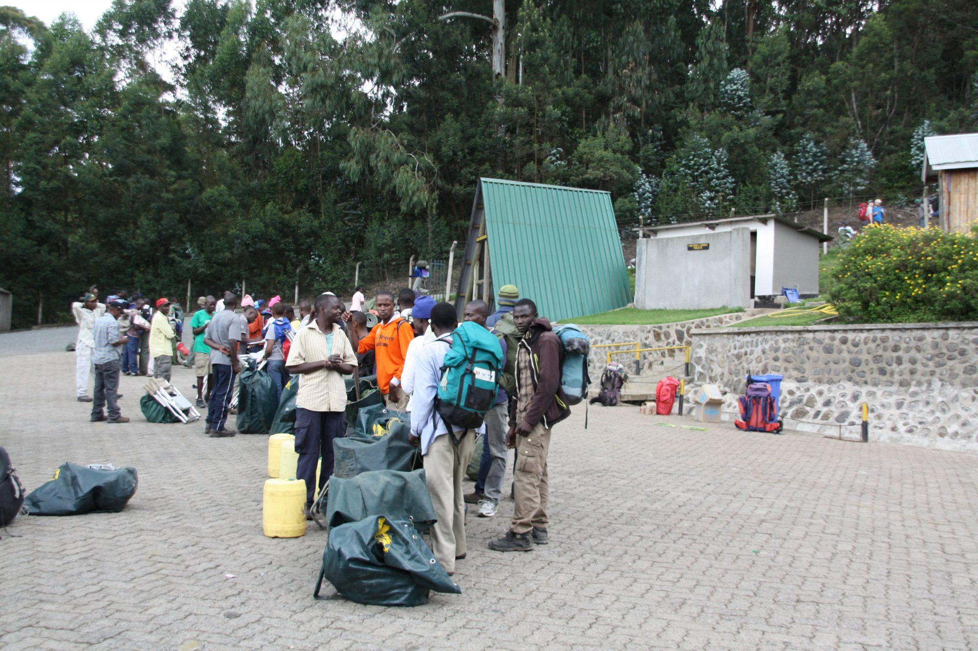 Träger am Machame Gate, Kilimandscharo, Kilimandscharo besteigen, Tansania, Afrika, Kilimandscharo Tour, Erfahrungsbericht, Machame Route