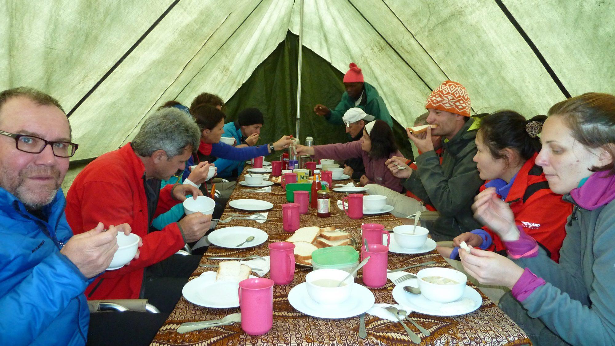 Essen im Zelt, Kilimandscharo, Kilimandscharo besteigen, Tansania, Afrika, Kilimandscharo Tour, Erfahrungsbericht, Machame Route