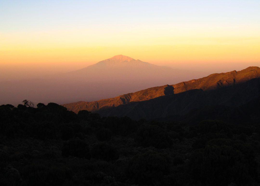 Sonnenaufgang am Shira Camp mit Blick auf Mount Meru, Kilimandscharo, Kilimandscharo besteigen, Tansania, Afrika, Kilimandscharo Tour, Erfahrungsbericht, Machame Route