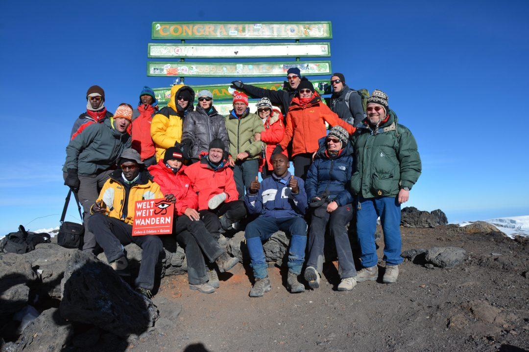 Gruppenfoto am Uhuru Peak, Kilimandscharo, Kilimandscharo besteigen, Tansania, Afrika, Kilimandscharo Tour, Erfahrungsbericht, Machame Route