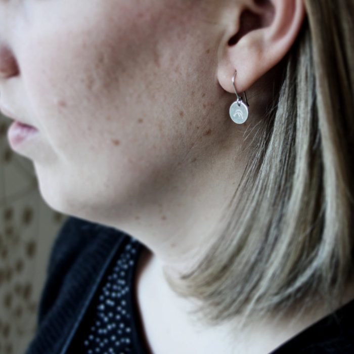 Bergfex Ohrringe Silber am Model Webseite 2020