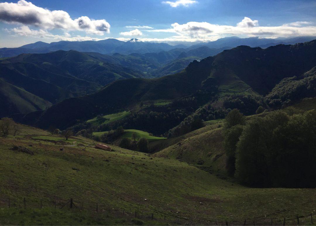 Aussicht beim Wandern Ibaneta Pass, Camino Francés, Wandern, Wandertour, Pilgern, Jakobsweg, Pyrenäeen, Frankreich, Spanien