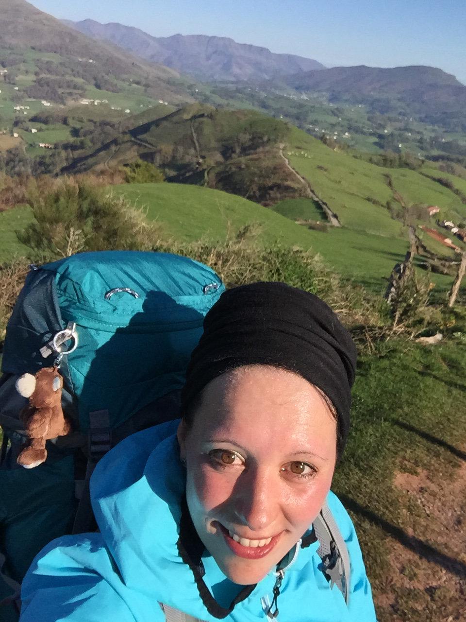 Bianca auf dem Ibaneta Pass, Camino Francés, Wandern, Wandertour, Pilgern, Jakobsweg, Pyrenäeen, Frankreich, Spanien