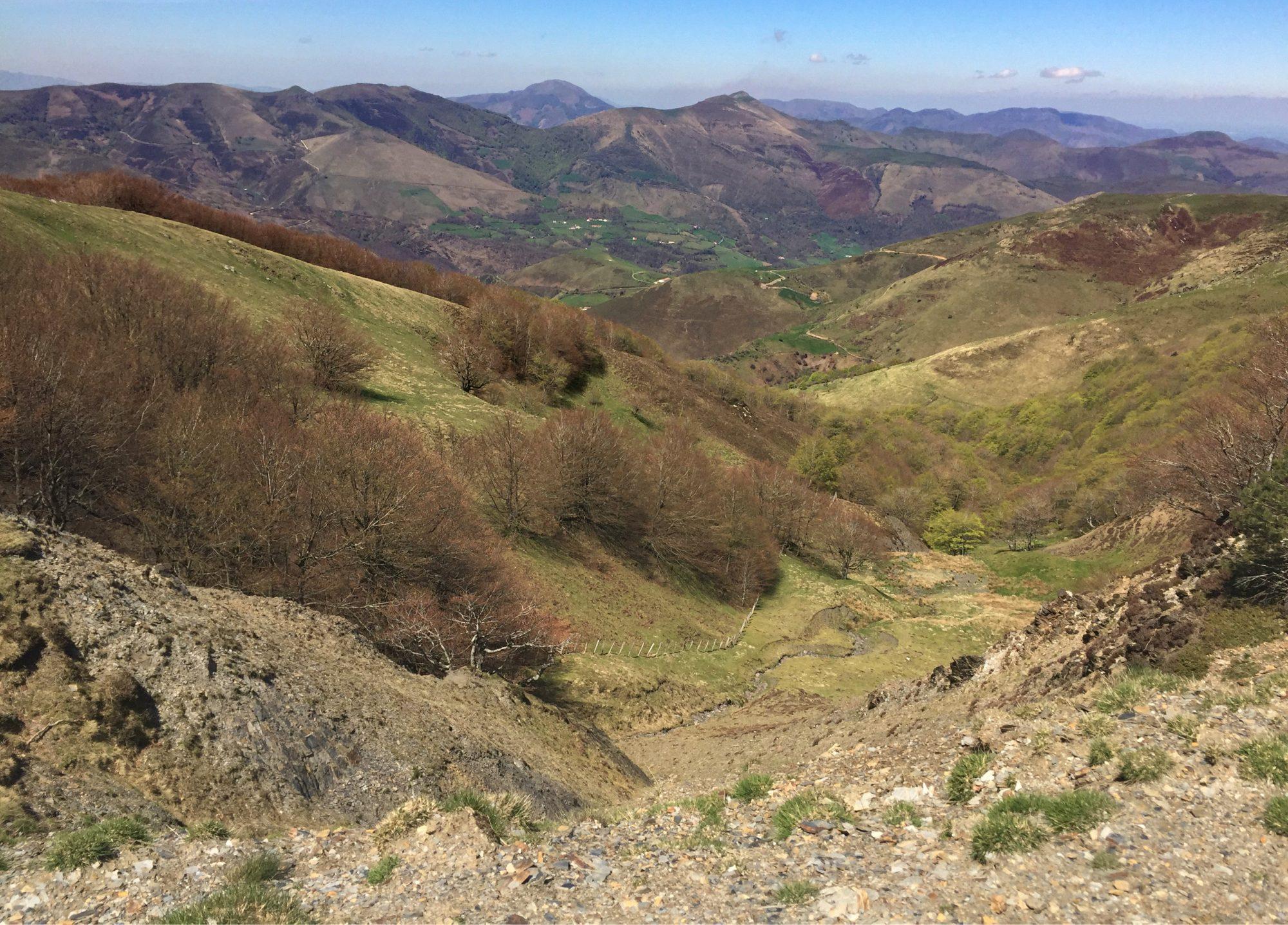 Bergblick auf dem Ibaneta Pass, Camino Francés, Wandern, Wandertour, Pilgern, Jakobsweg, Pyrenäeen, Frankreich, Spanien