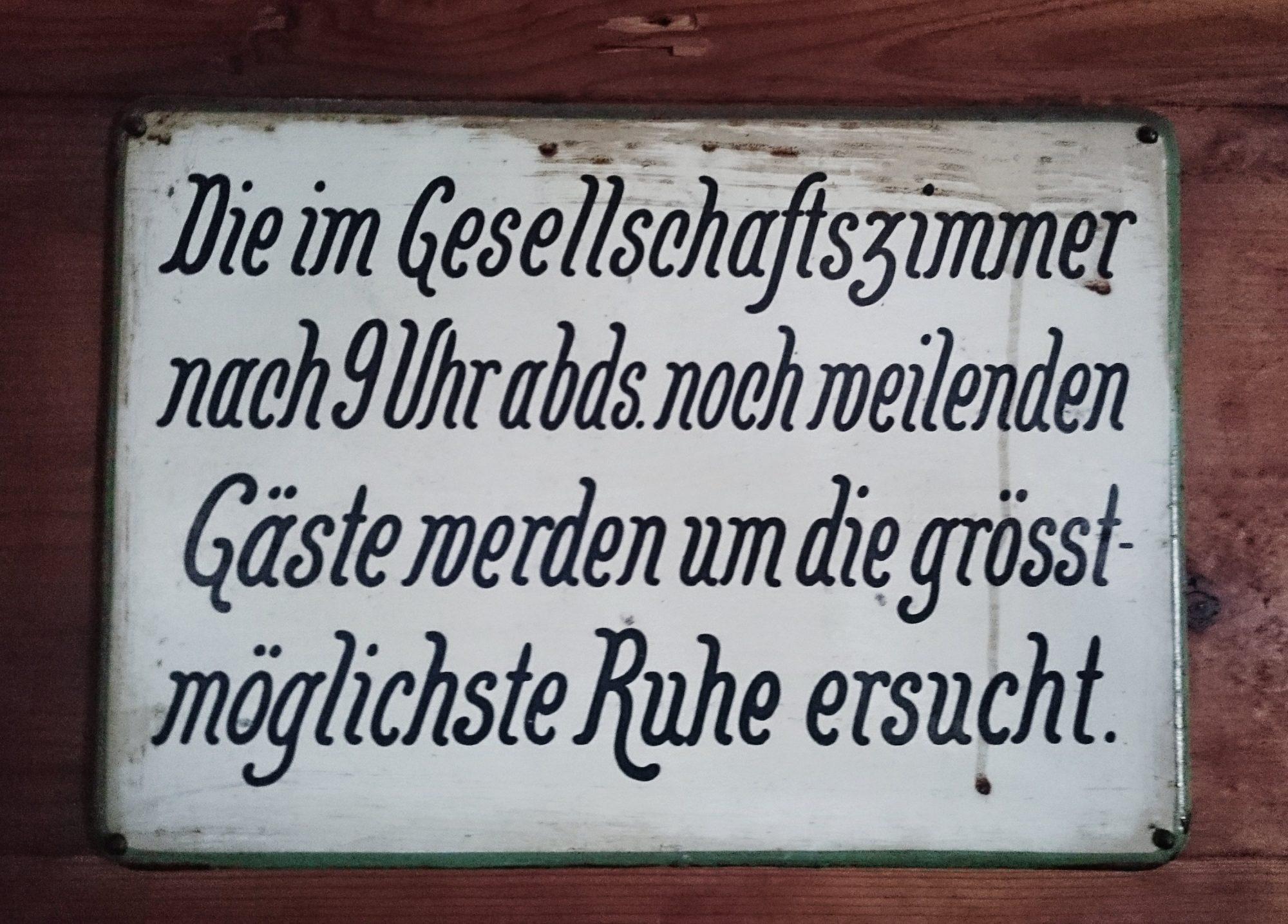 Schild Hütte, In 10 Schritten fit fürs Hüttenleben, Tipps Hüttentour, Tipps Hüttenübernachtung, Alpenüberquerung, Alpenvereinshütte, Übernachtung Hütte