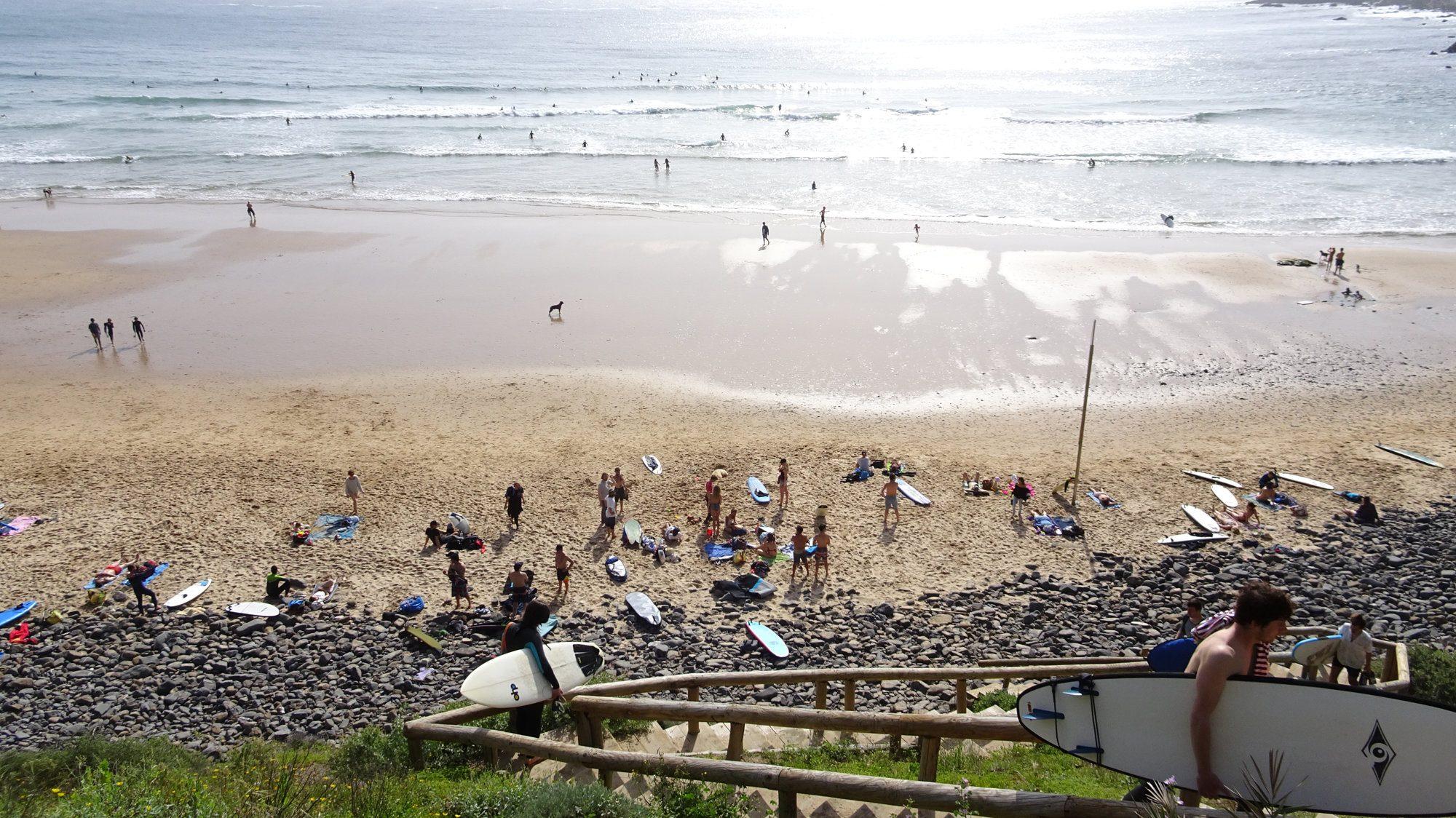 Strand von Arifana, Surfer, Portugal