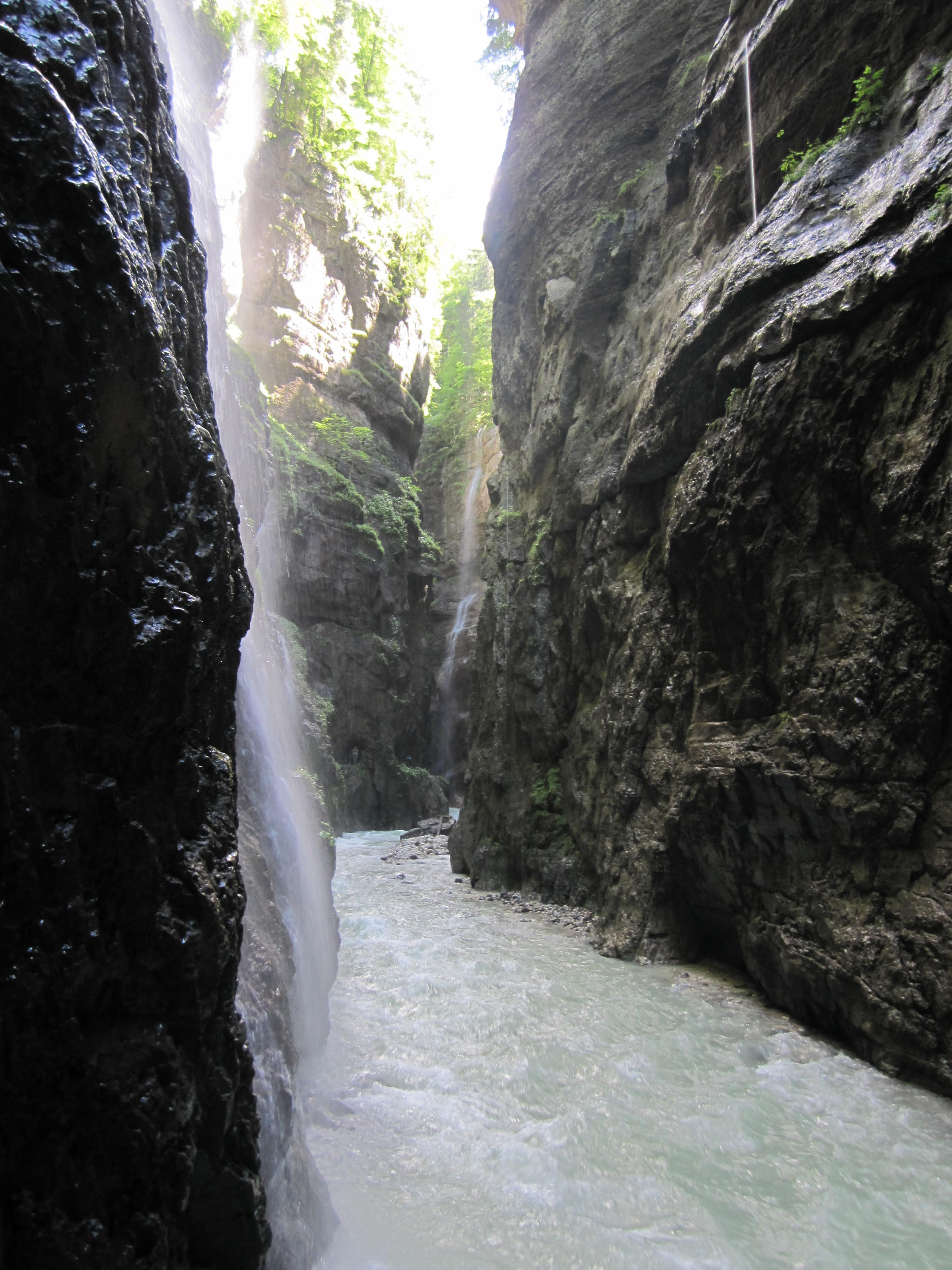 Schroffe Felswände der Partnachklamm, Durchs Reintal auf die Zugspitze Hüttentour Fjella