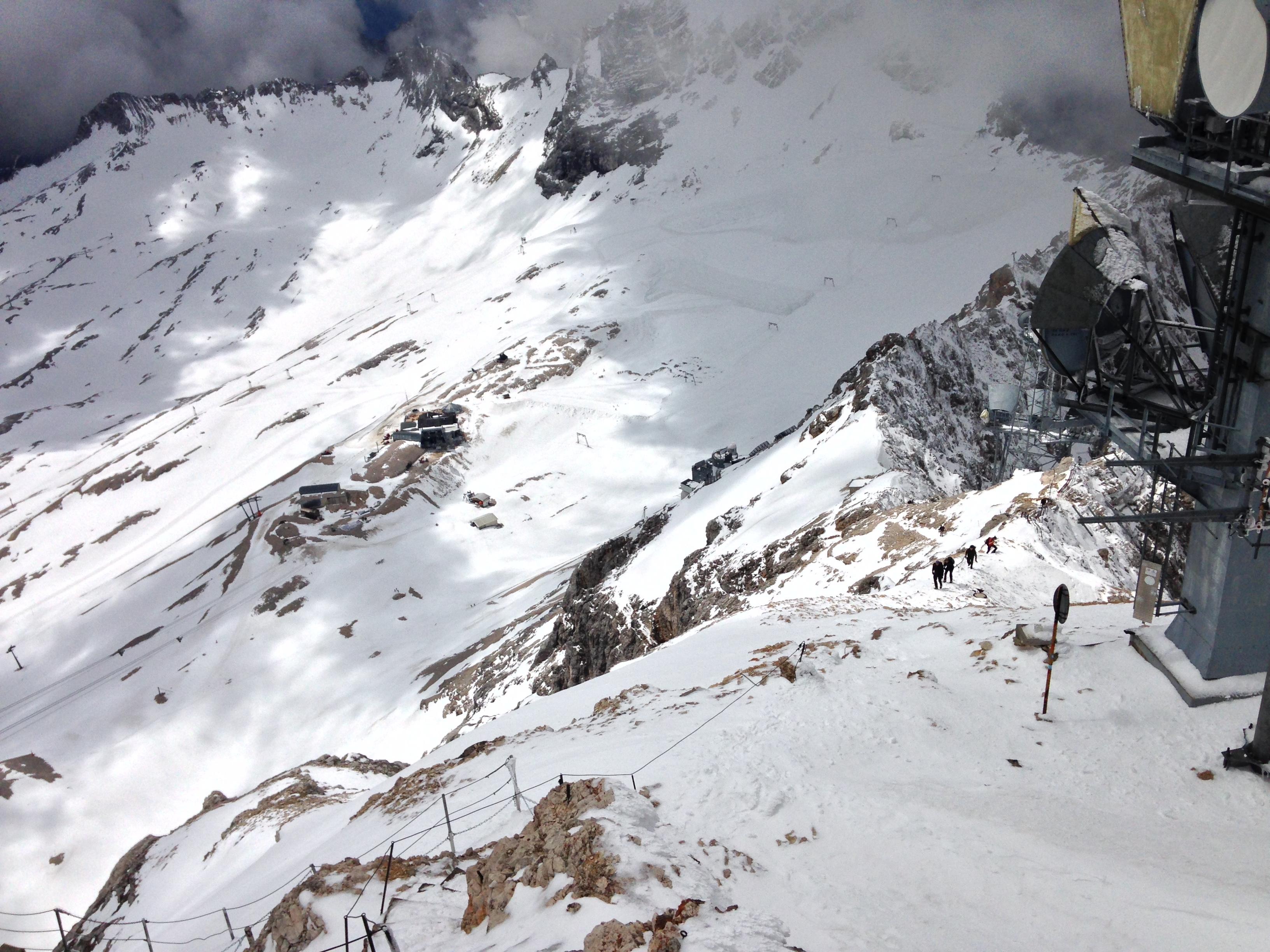 Schneebedeckter Aufstieg zum Gipfel, Durchs Reintal auf die Zugspitze Hüttentour Fjella