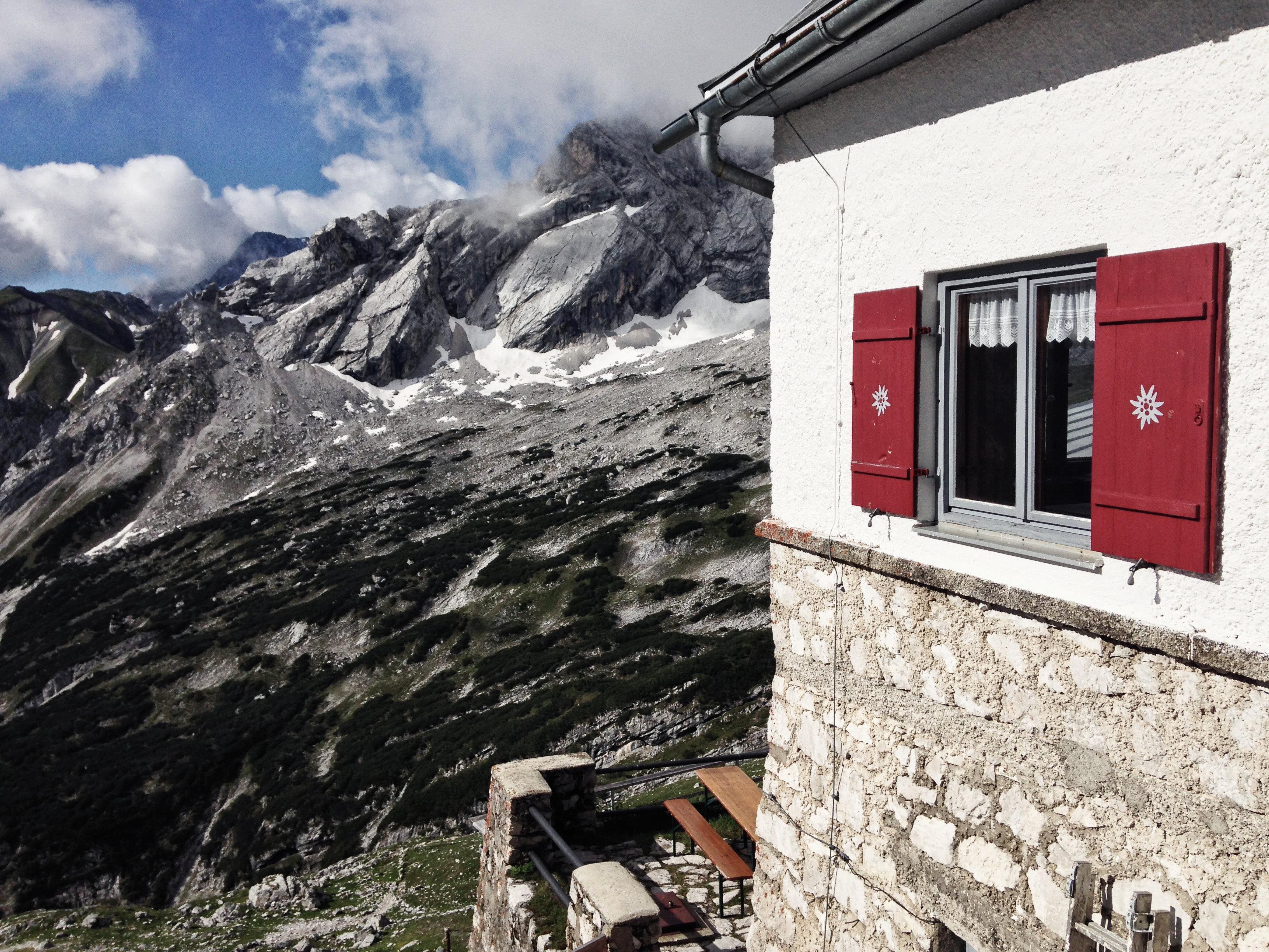 Blick von der KnorrhütteDurchs Reintal auf die Zugspitze Hüttentour Fjella