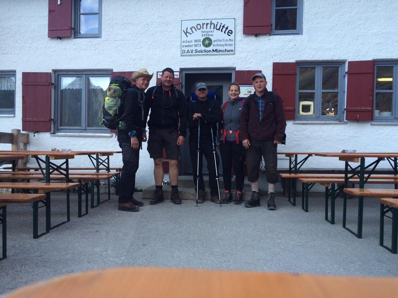 Meine vier Jungs und ich vor der Knorrhütte, Durchs Reintal auf die Zugspitze Hüttentour Fjella