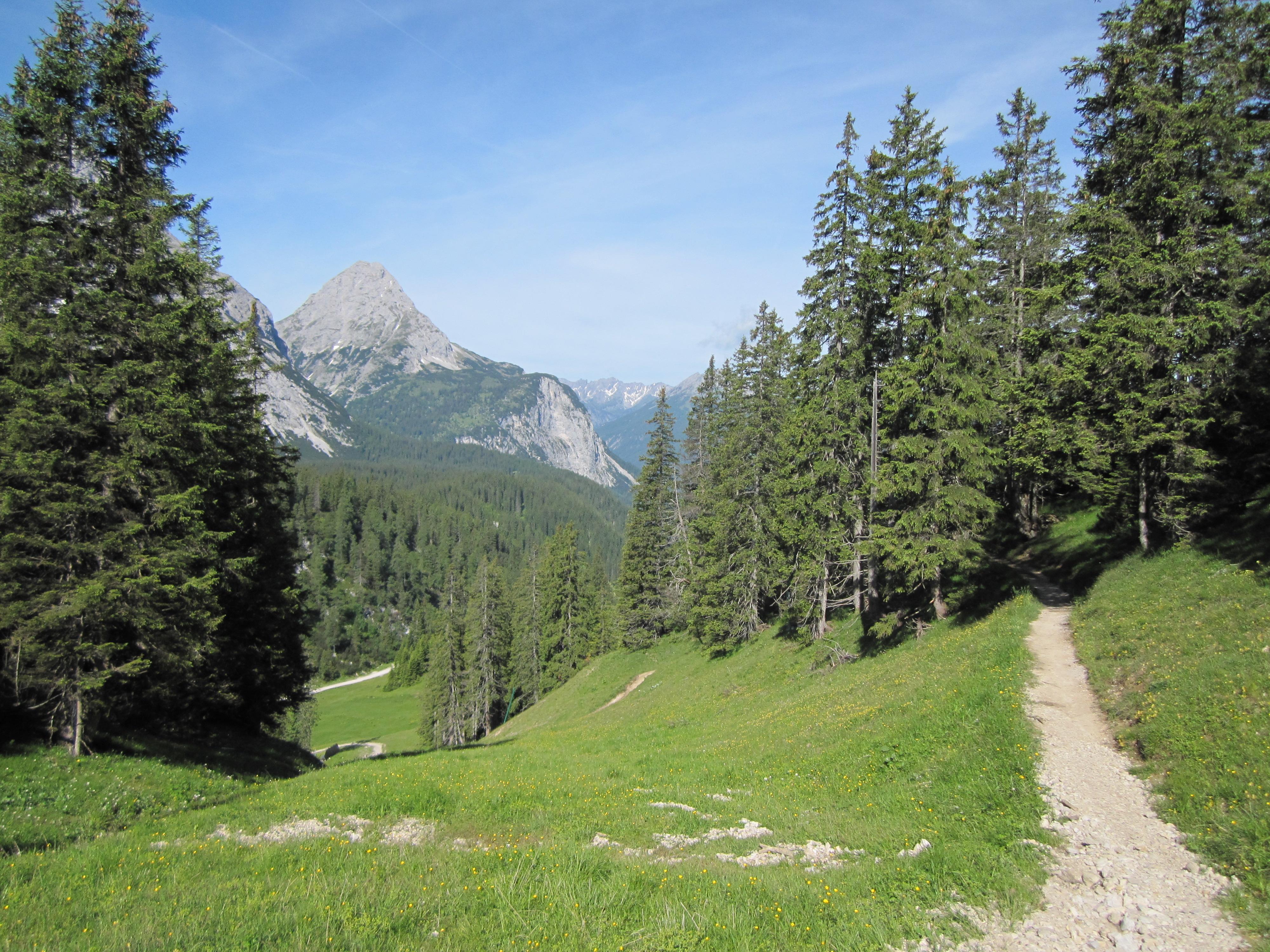 Auf dem Weg zur Ehrwalder Alm, Durchs Reintal auf die Zugspitze Hüttentour Fjella