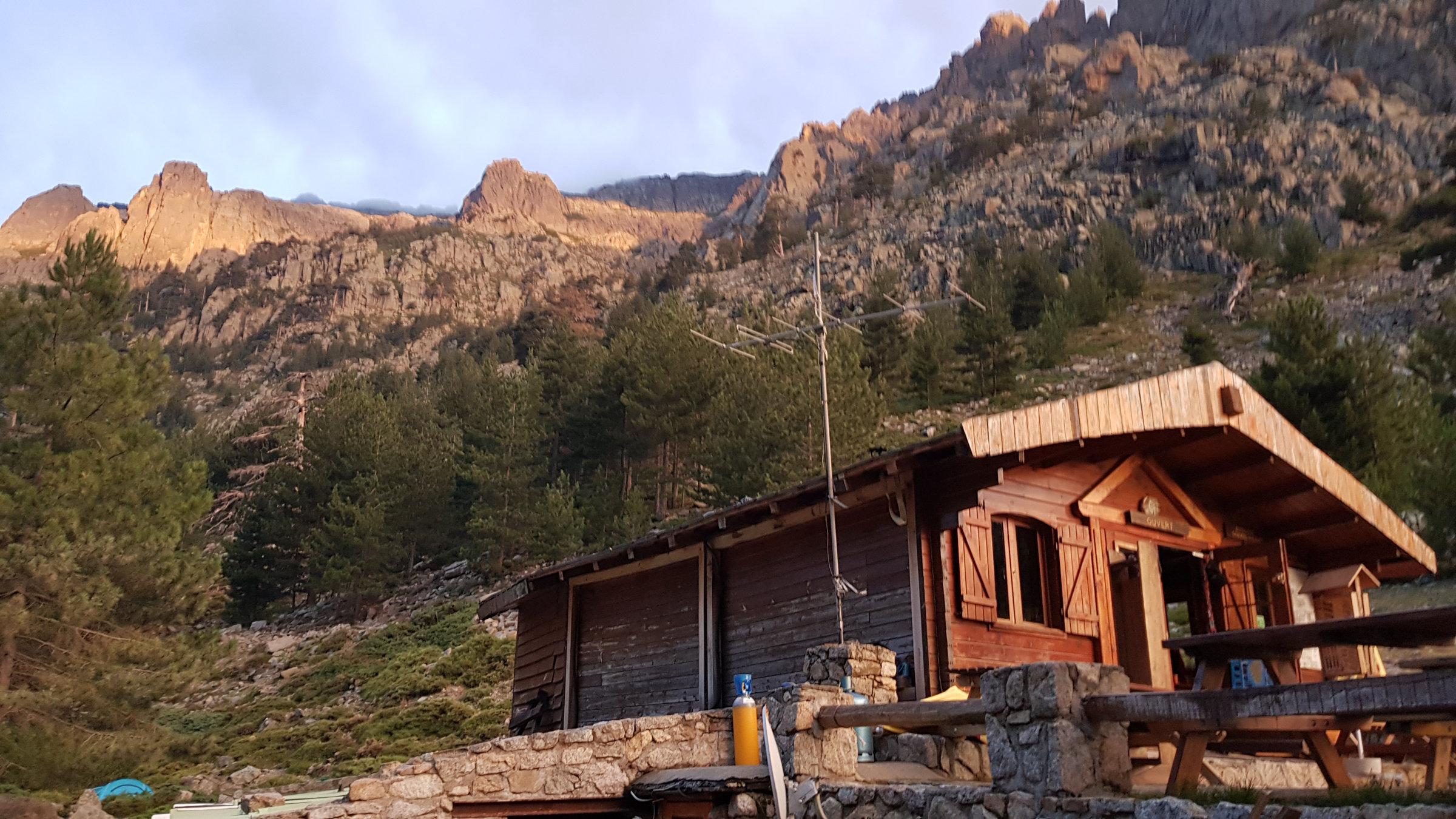 Morgenröte über Theos Hütte Grotelle im Restonica Tal, Korsika, GR20 Weitwanderweg, Wandern, Berge, Frankreich