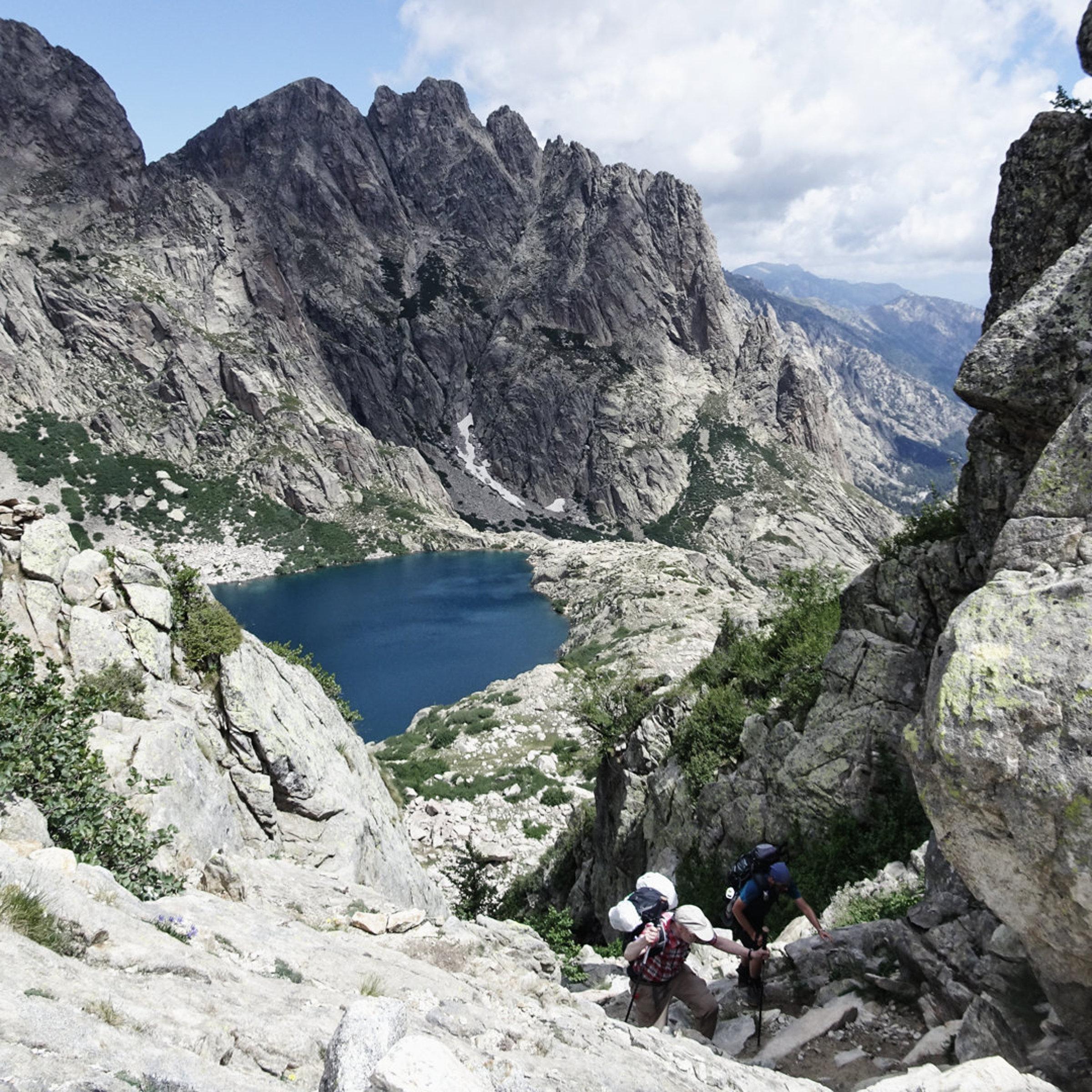 Steiler Aufstieg über die Scharte vom Capitello See, Korsika, GR20 Weitwanderweg, Wandern, Berge, Frankreich