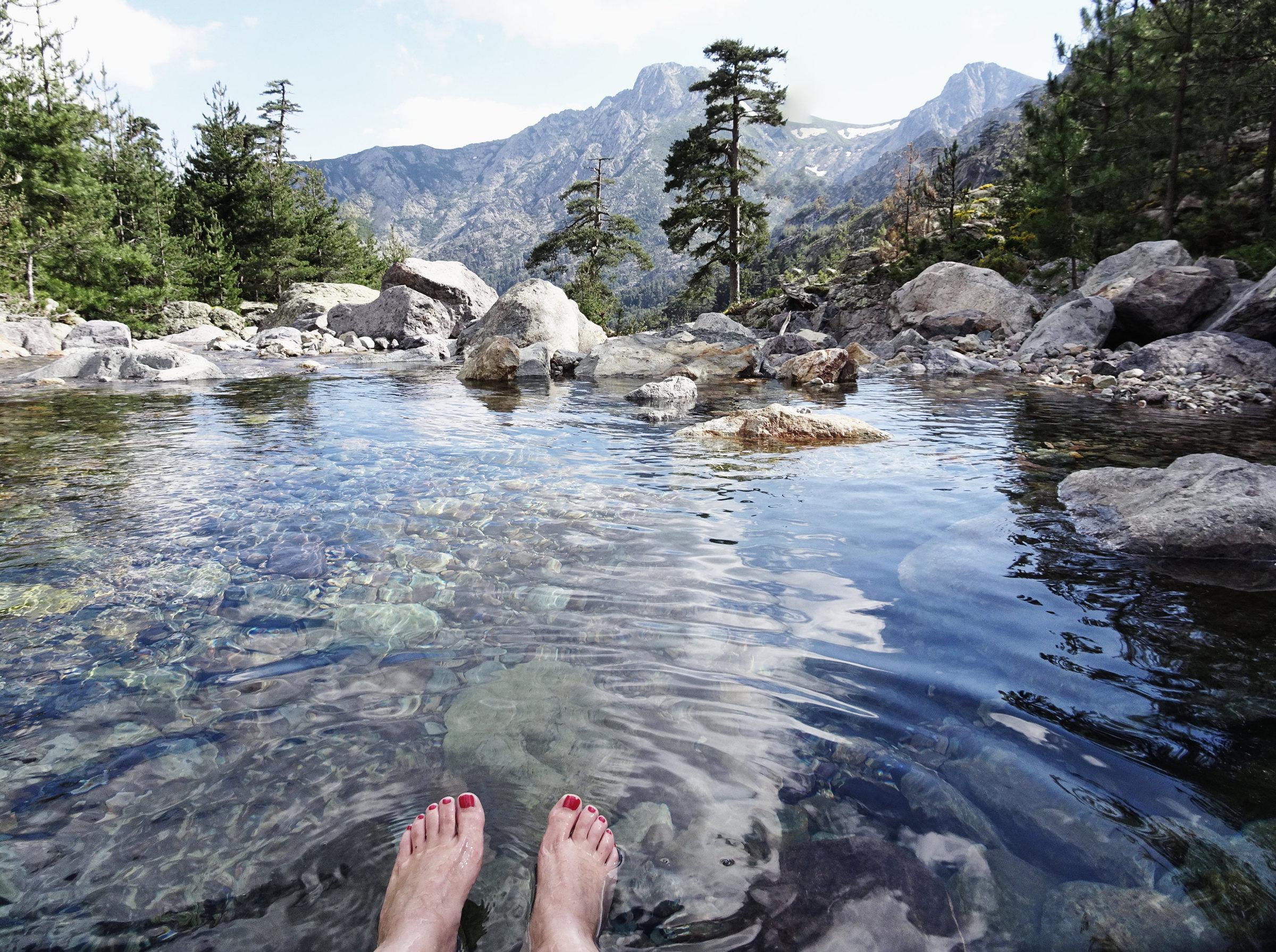 Badegumpen mit Blick bei der Bergerie Ballone, Korsika, GR20 Weitwanderweg, Wandern, Berge, Frankreich