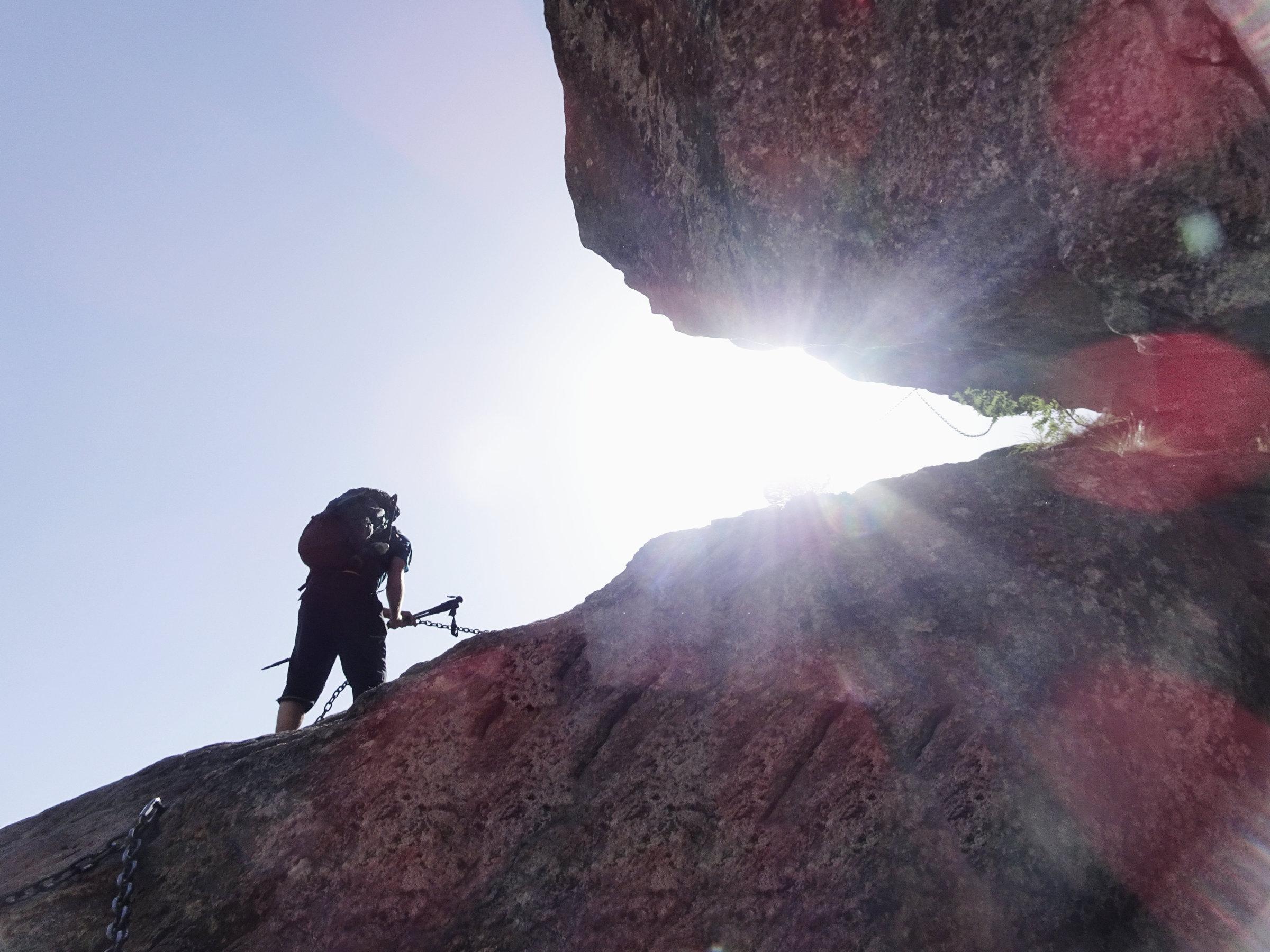 Die erste kettenversicherte Stelle auf dem GR20, Korsika, GR20 Weitwanderweg, Wandern, Berge, Frankreich