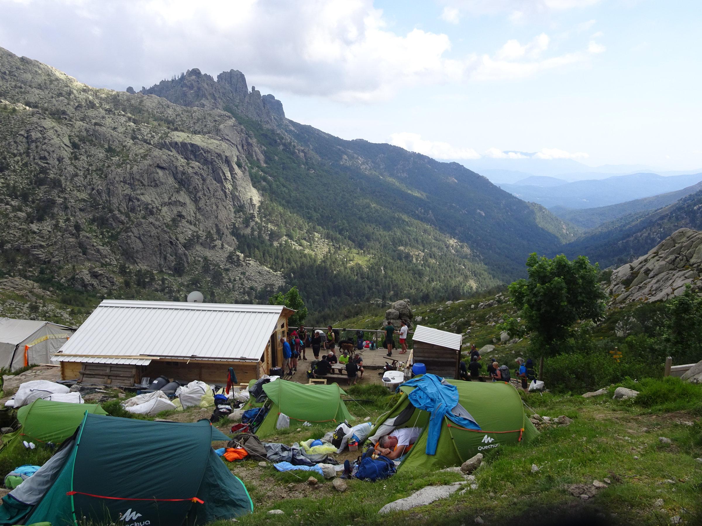 Refuge d'Asinau mit Blick auf die Aiguilles de Bavella, Korsika, GR20 Weitwanderweg, Wandern, Berge, Frankreich