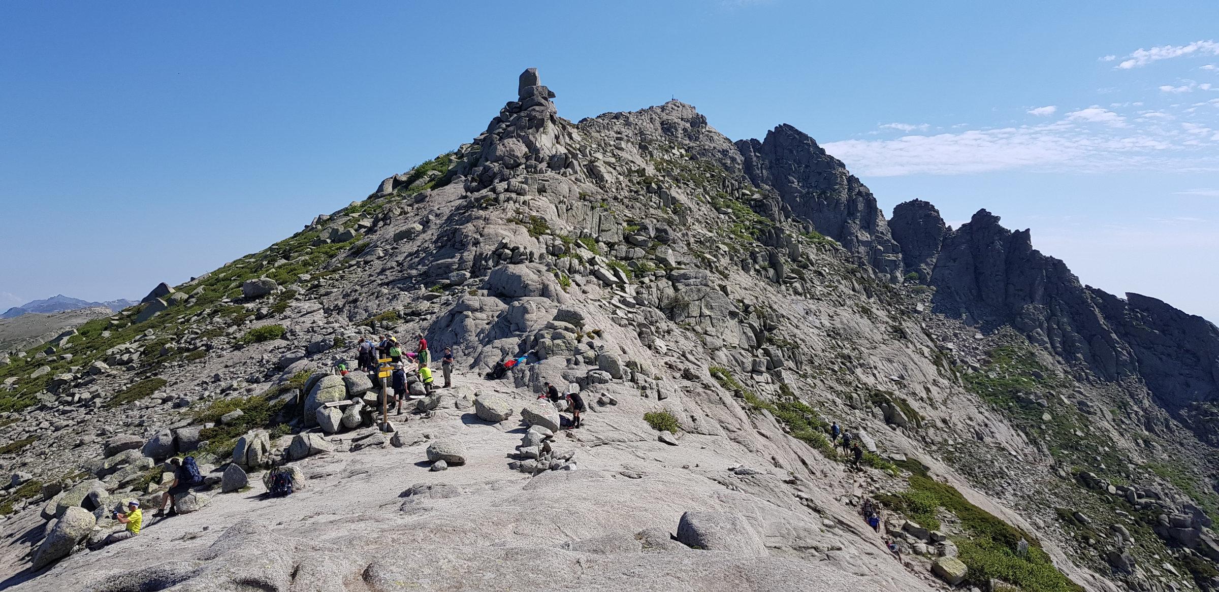 Am Pass, der Gipfel des Monte Incudine ist zum Greifen nah, Korsika, GR20 Weitwanderweg, Wandern, Berge, Frankreich