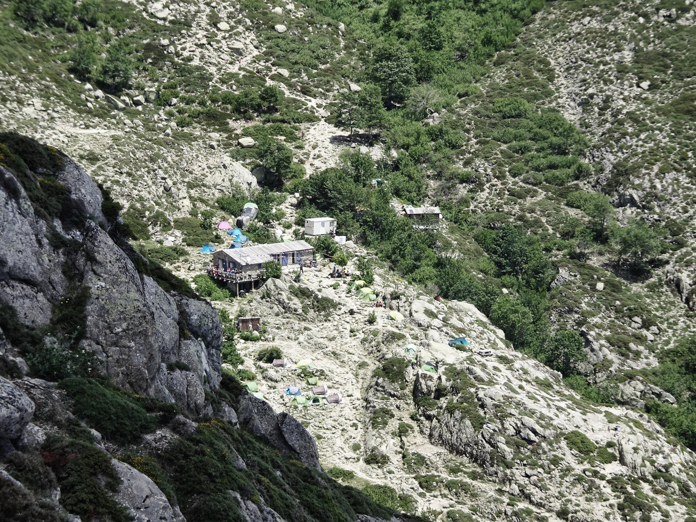 Das Refuge Usciolu in Sicht, Korsika, GR20 Weitwanderweg, Wandern, Berge, Frankreich