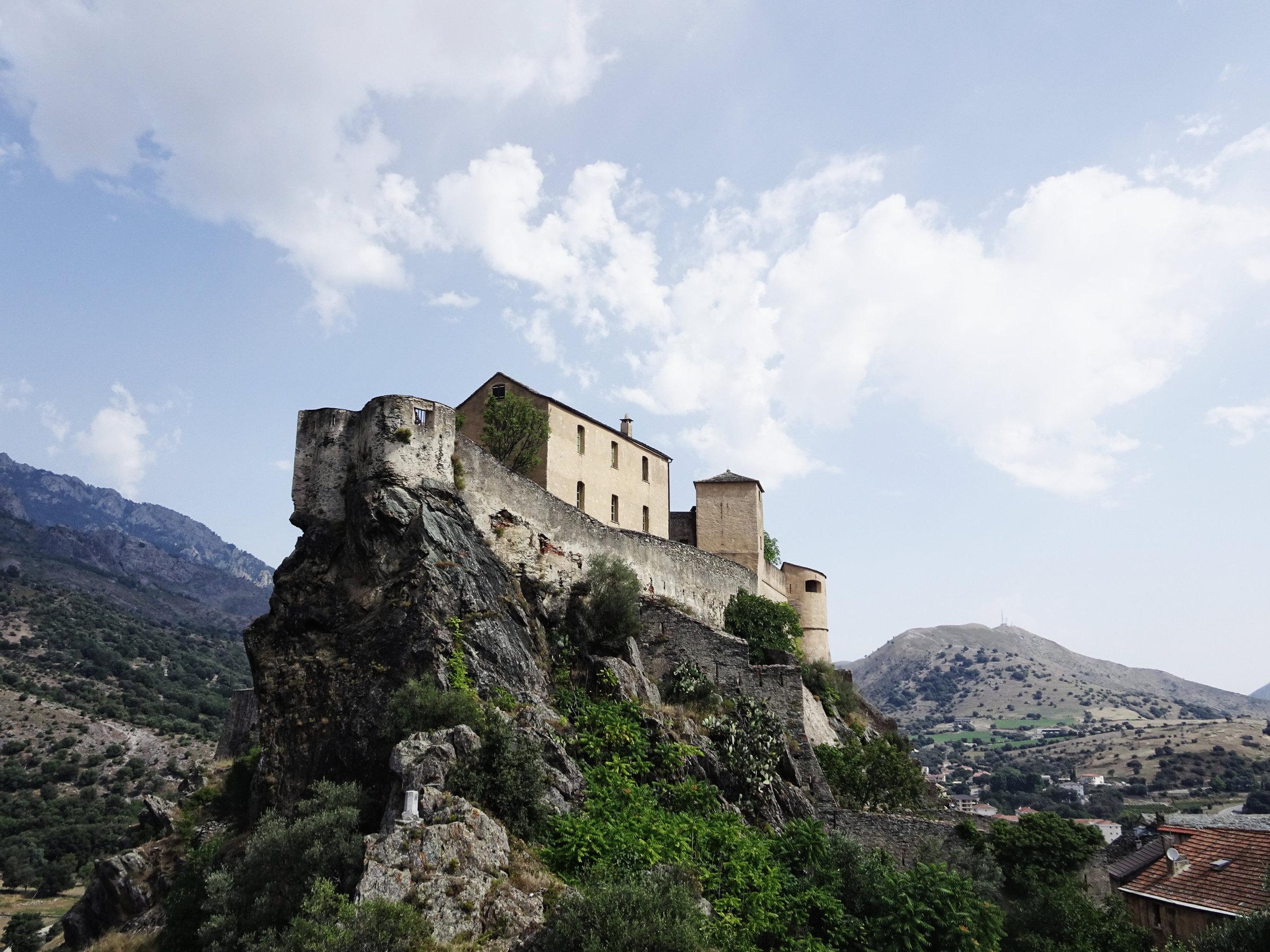 Die majestätische Zitadelle von Corte, Korsika, Frankreich