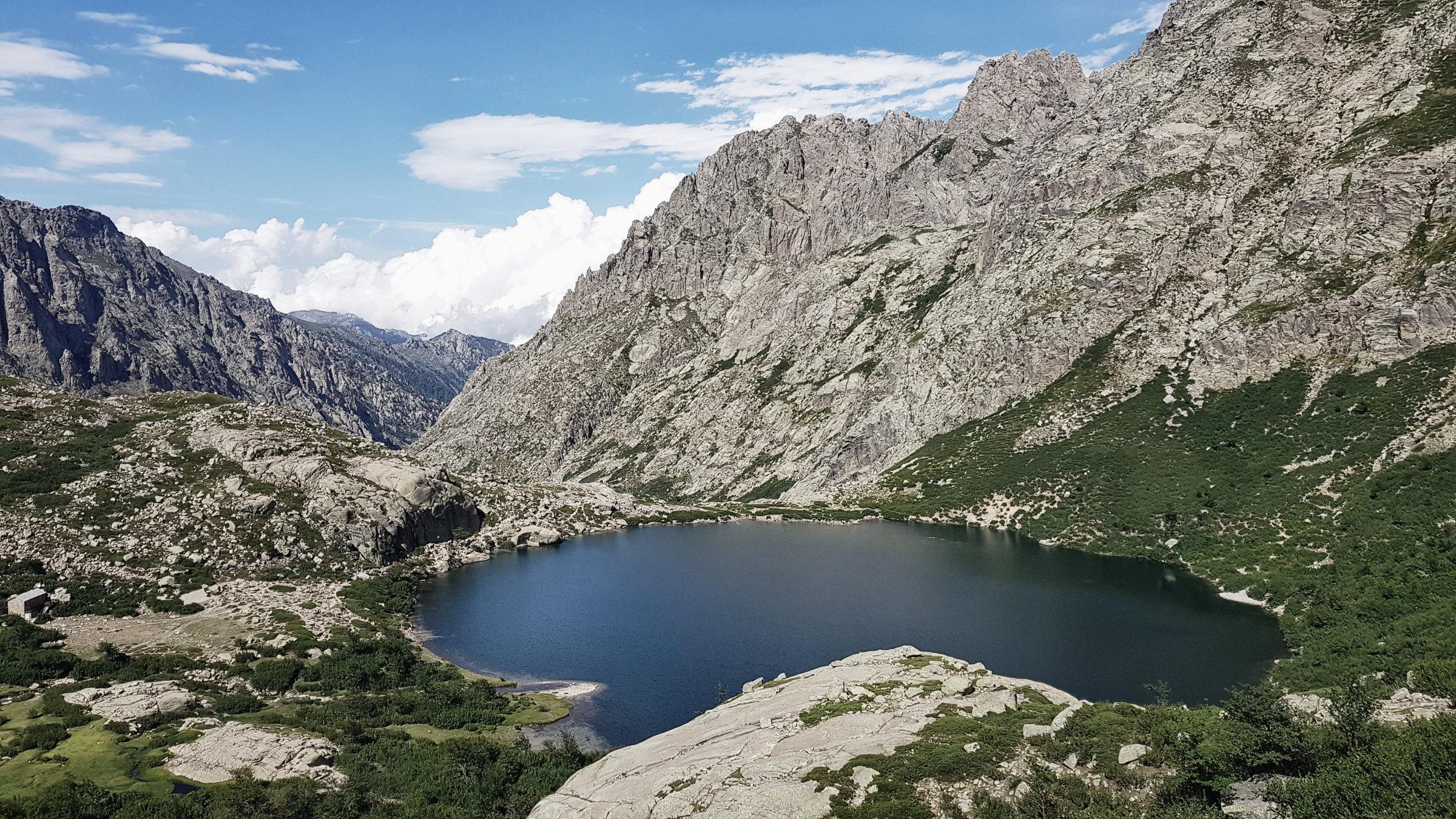 Der Melo See - beliebtes Ziel von Tagesauflüglern im Restonica Tal, Korsika, GR20 Weitwanderweg, Wandern, Berge, Frankreich