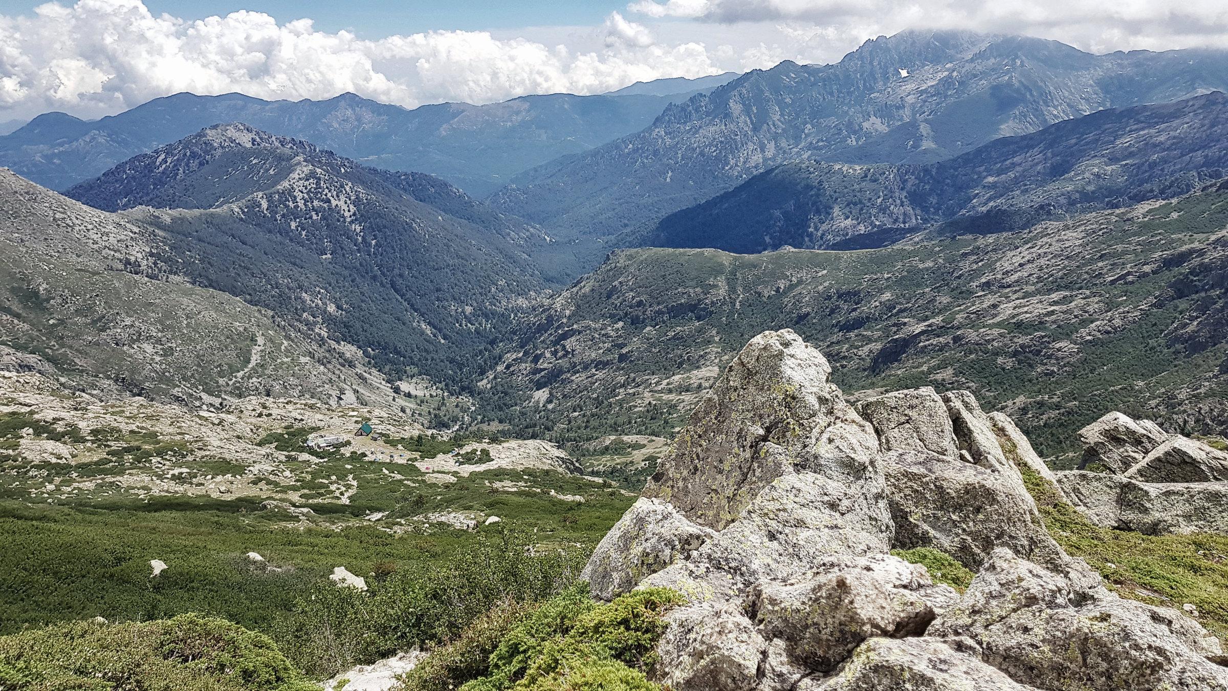 Blick zurück, könnt ihr das Refuge Petra Piana noch erkennen? Korsika, GR20 Weitwanderweg, Wandern, Berge, Frankreich