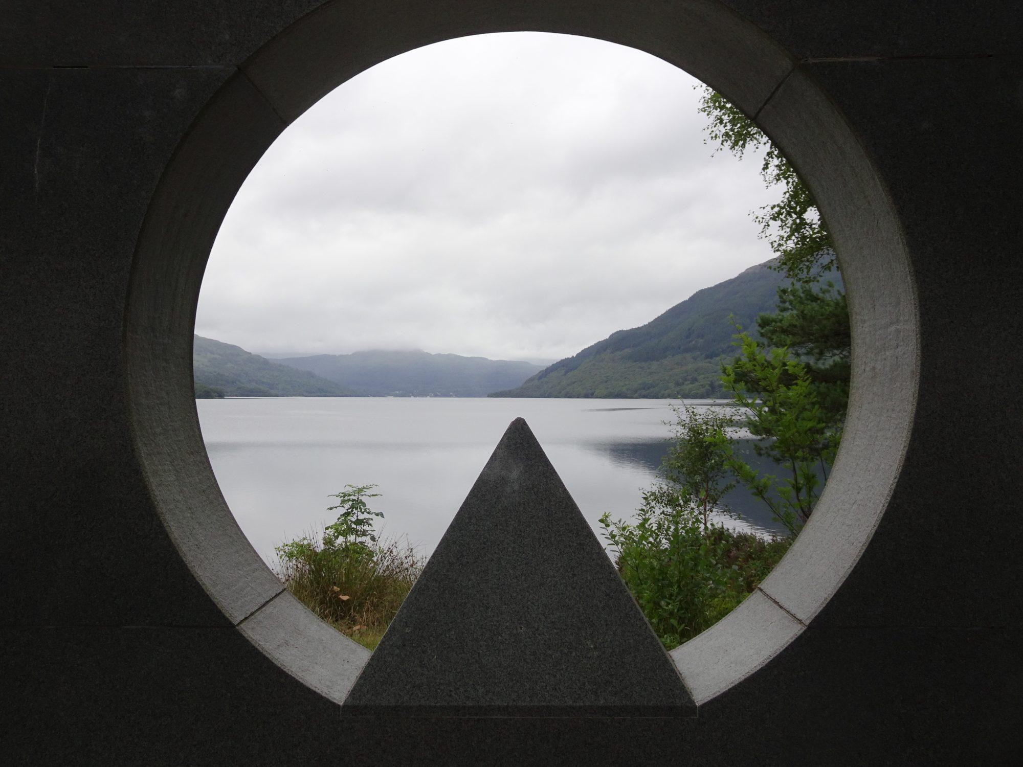 Kriegsdenkmal mit Blick auf den Loch Lomond, West Highland Way, Schottland, Wanderung, Weitwandern, Trekking, Highlands